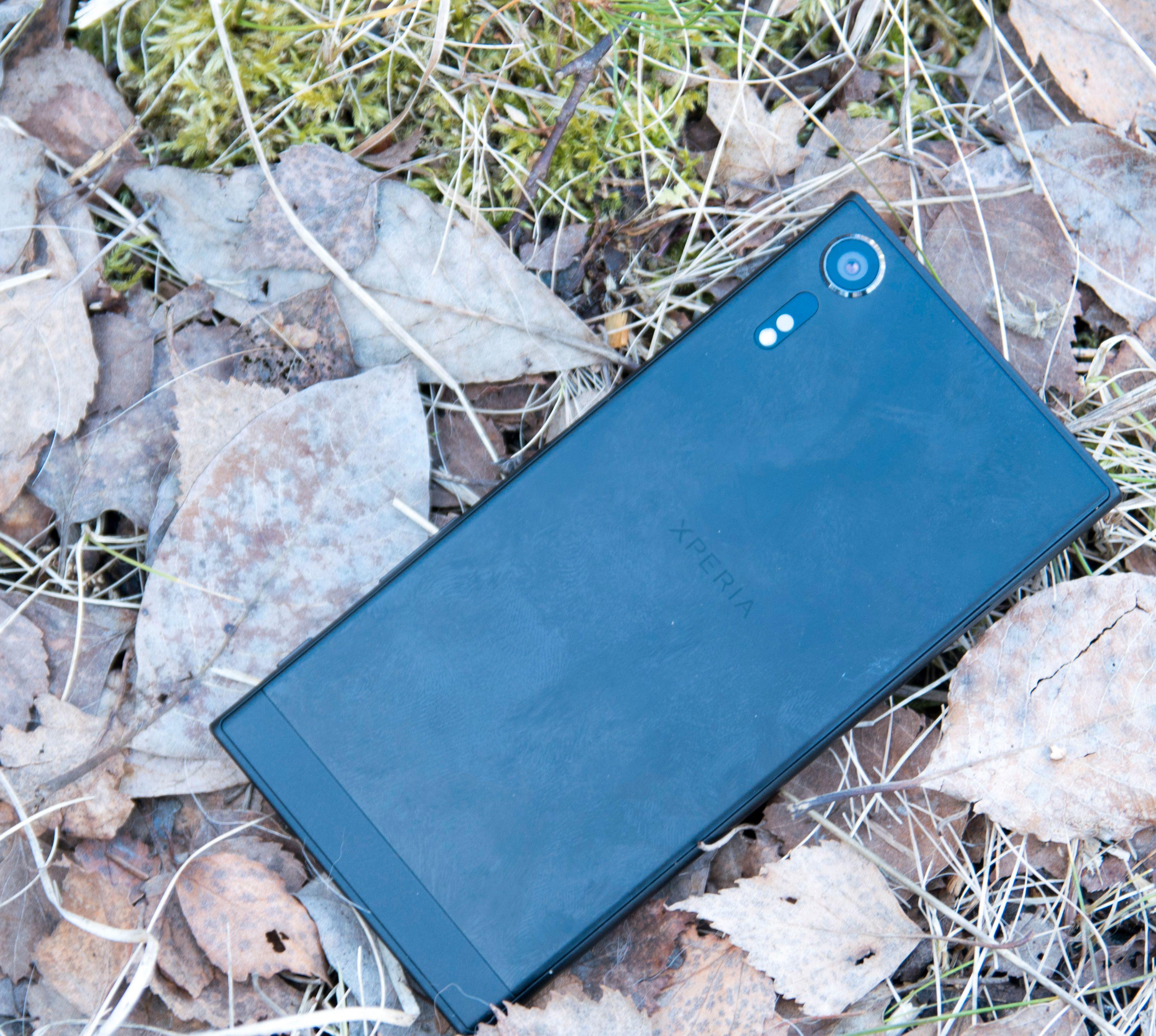 Ser man bort fra den lille kameratuten er designen ellers som på Xperia XZ. Dette er forresten en telefon som er ganske god på å samle fingeravtrykk, og det kan være vanskelig å få dem av igjen uten en våt klut eller liknende i nærheten. Bilde: Finn Jarle Kvalheim, Tek.no