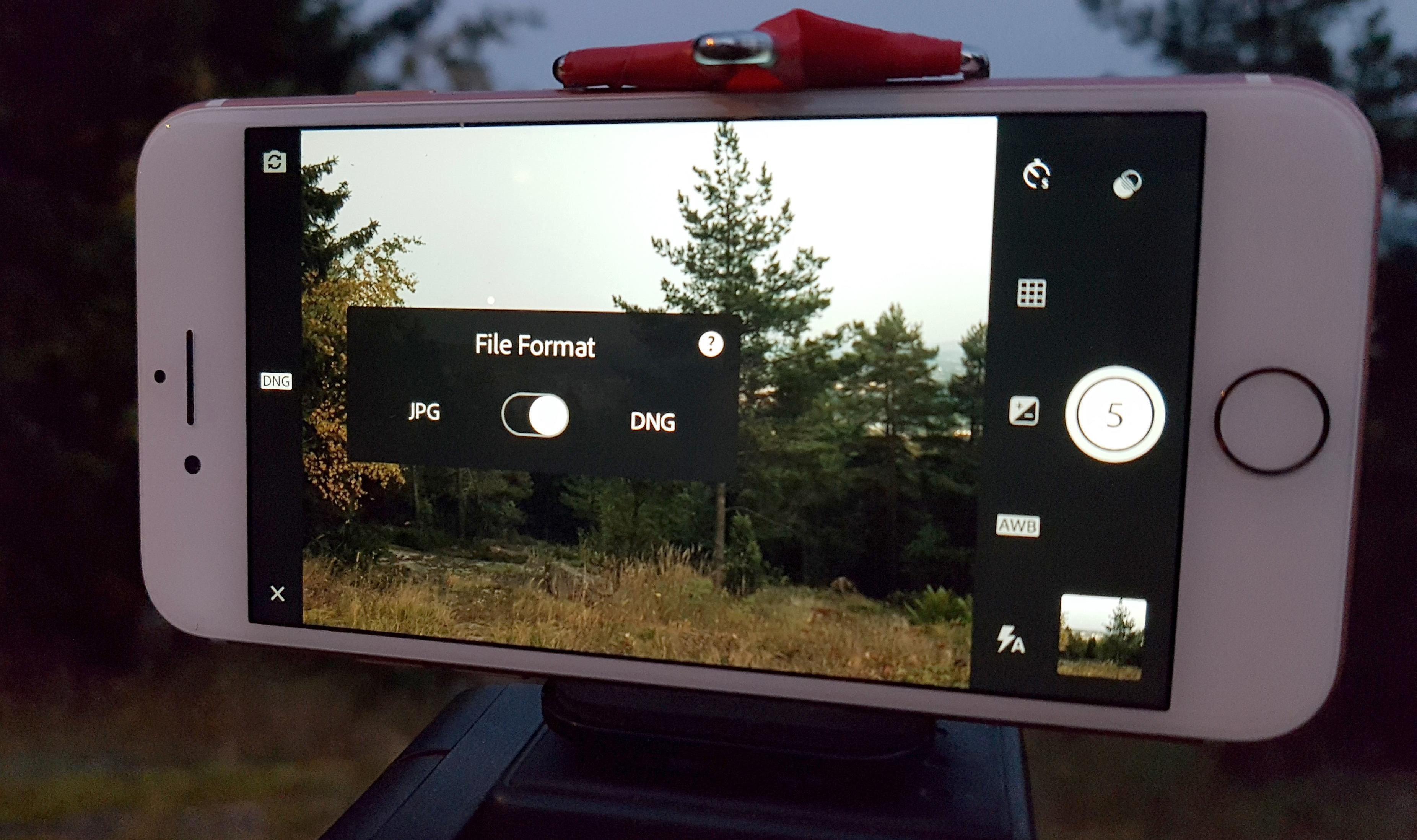 Med tredjeparts programvare, så som Adobe Lightroom, kan du hente ut råfiler direkte fra kamerabrikken i iPhone 7.