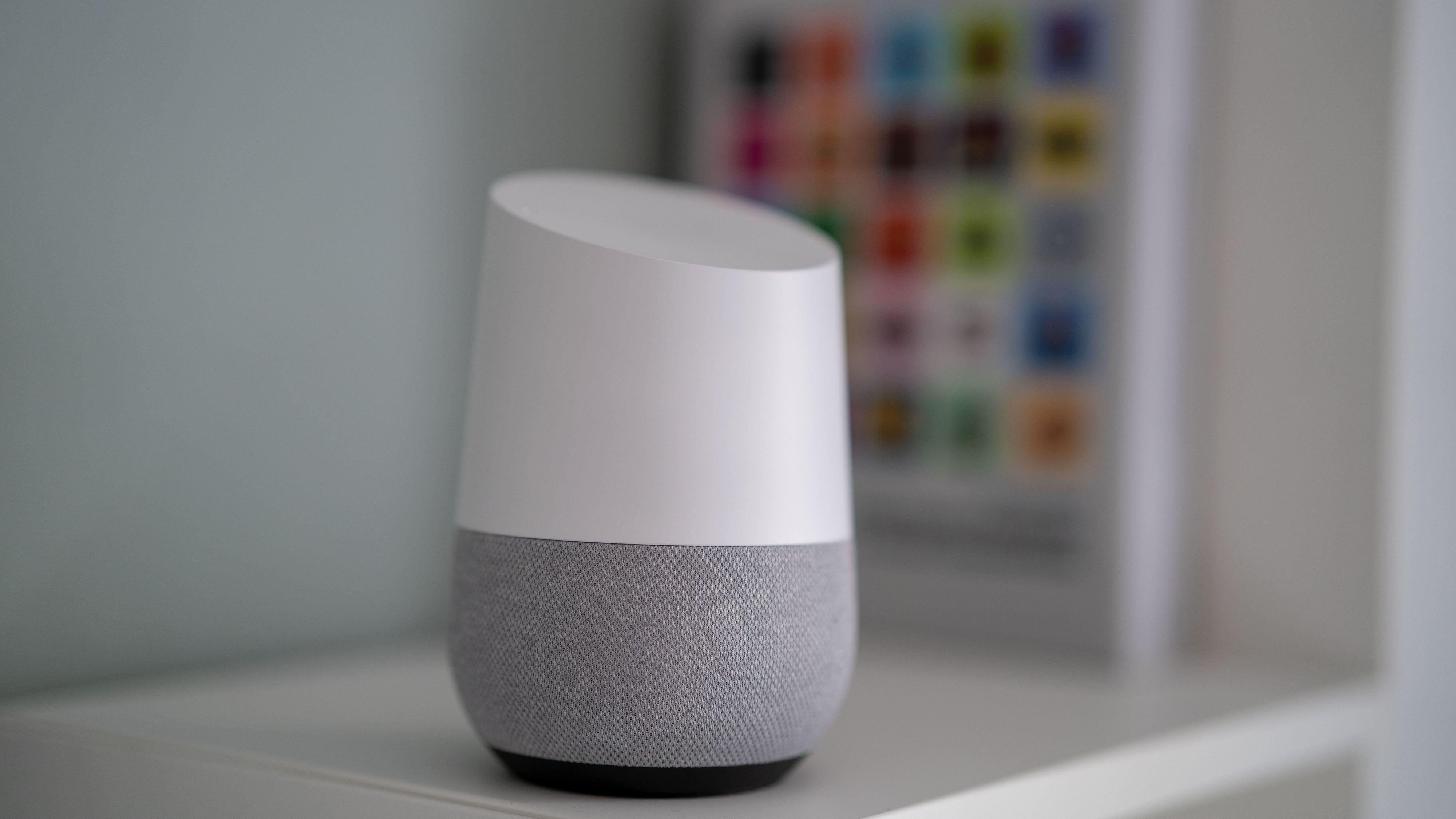 Google Home gjør ikke mye ut av seg på stuehyllen.