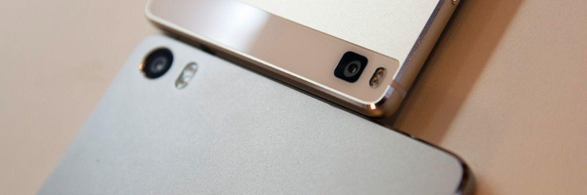 Huawei P8 max nederst, den vanlige toppmodellen P8 øverst. Størrelsesforskjellen er betydelig. Foto: Finn Jarle Kvalheim, Tek.no