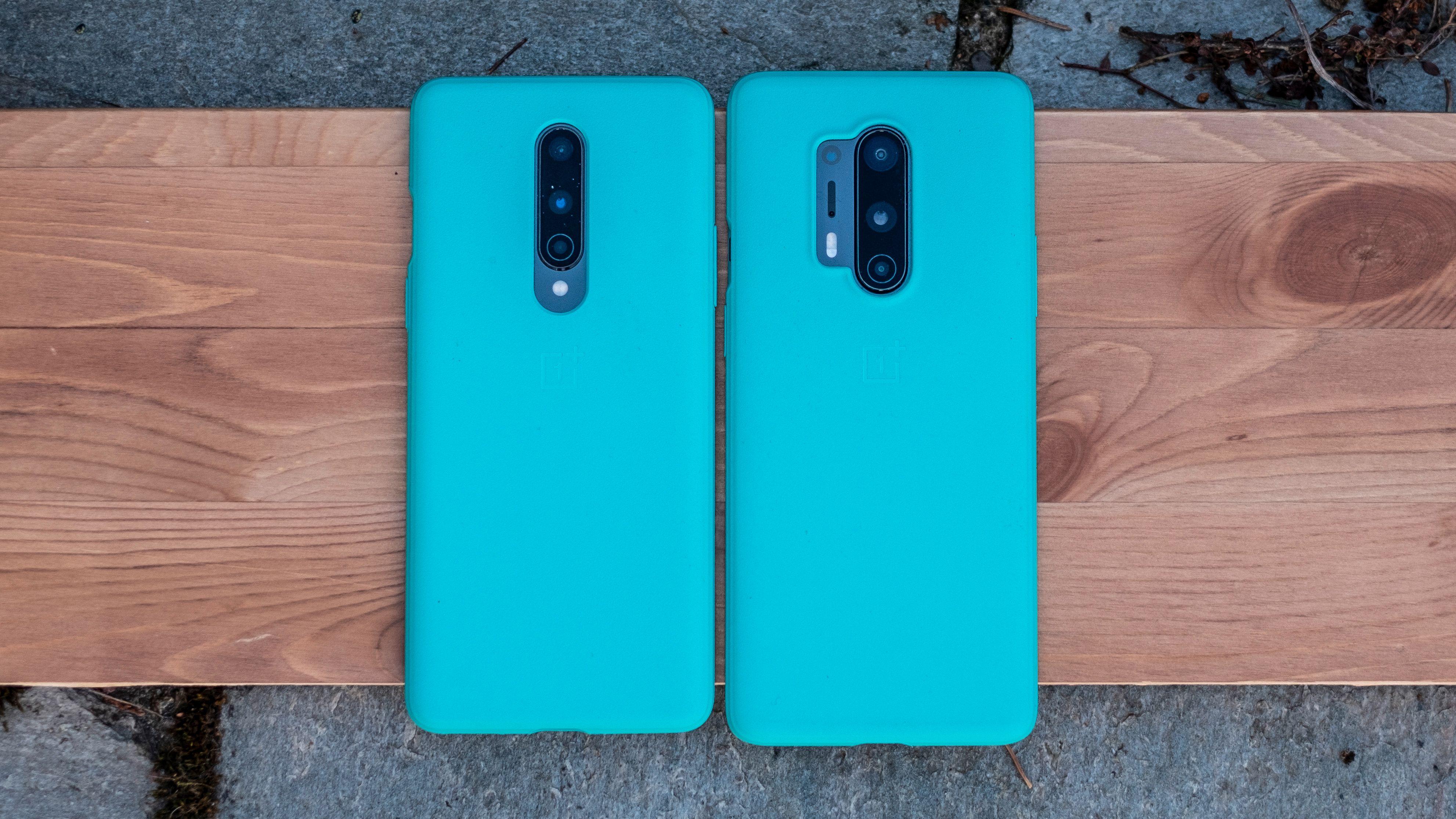 OnePlus 8 til venstre og OnePlus 8 Pro til høyre. Begge med deksler på. Det er ikke stor synlig forskjell på telefonene.