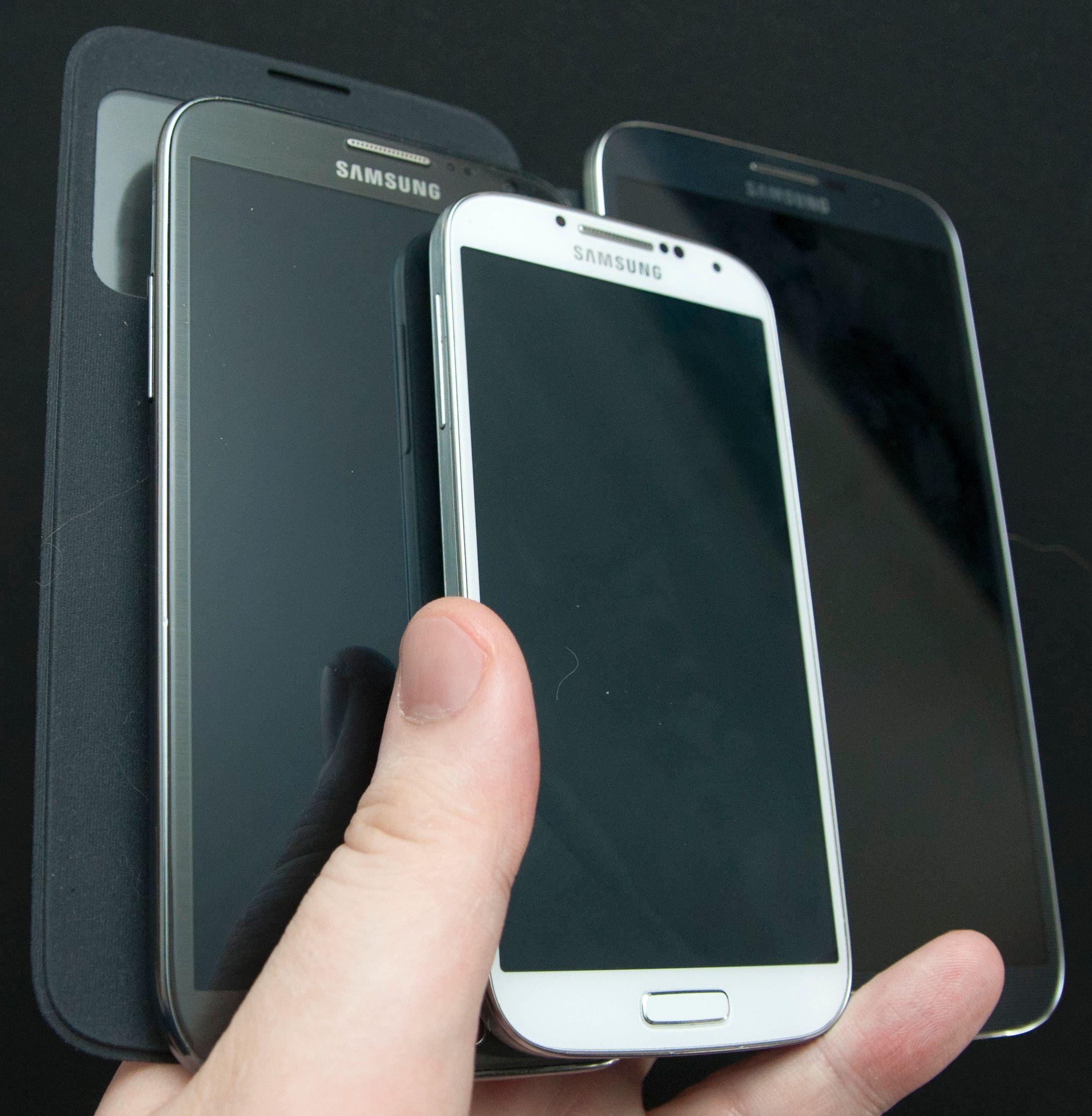 Galaxy S4 i midten fremst. Galaxy Note II til venstre. Galaxy Mega er virkelig en diger telefon.Foto: Finn Jarle Kvalheim, Amobil.no