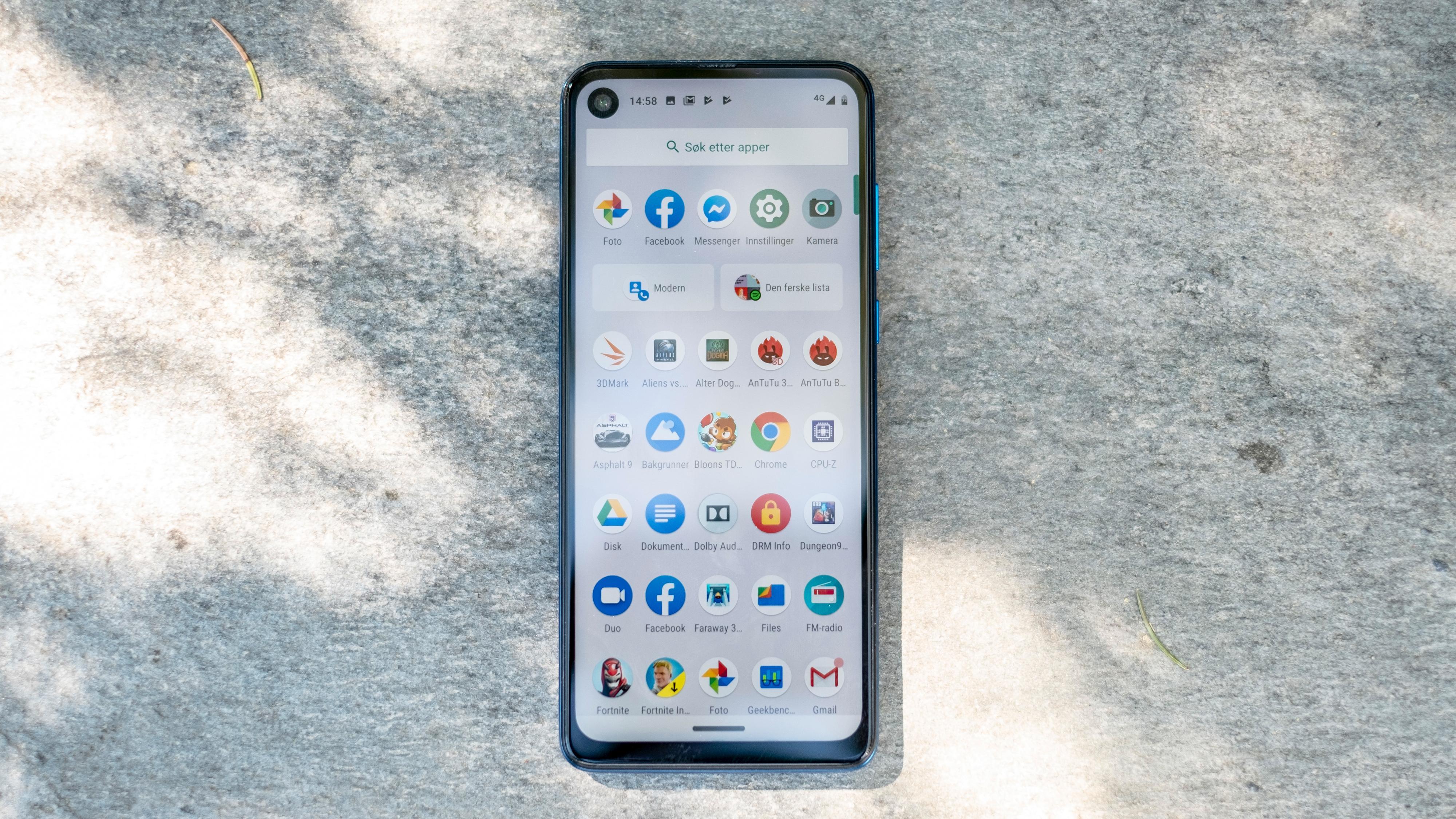 Android-menyene er rene og kommer rett fra Google. Men noen forbedringer er det her, så som muligheten til å holde skjermen på så lenge du ser på den. Disse ligger i Motorolas egen styringsapp. I tillegg er kameraappen også laget av motorola.