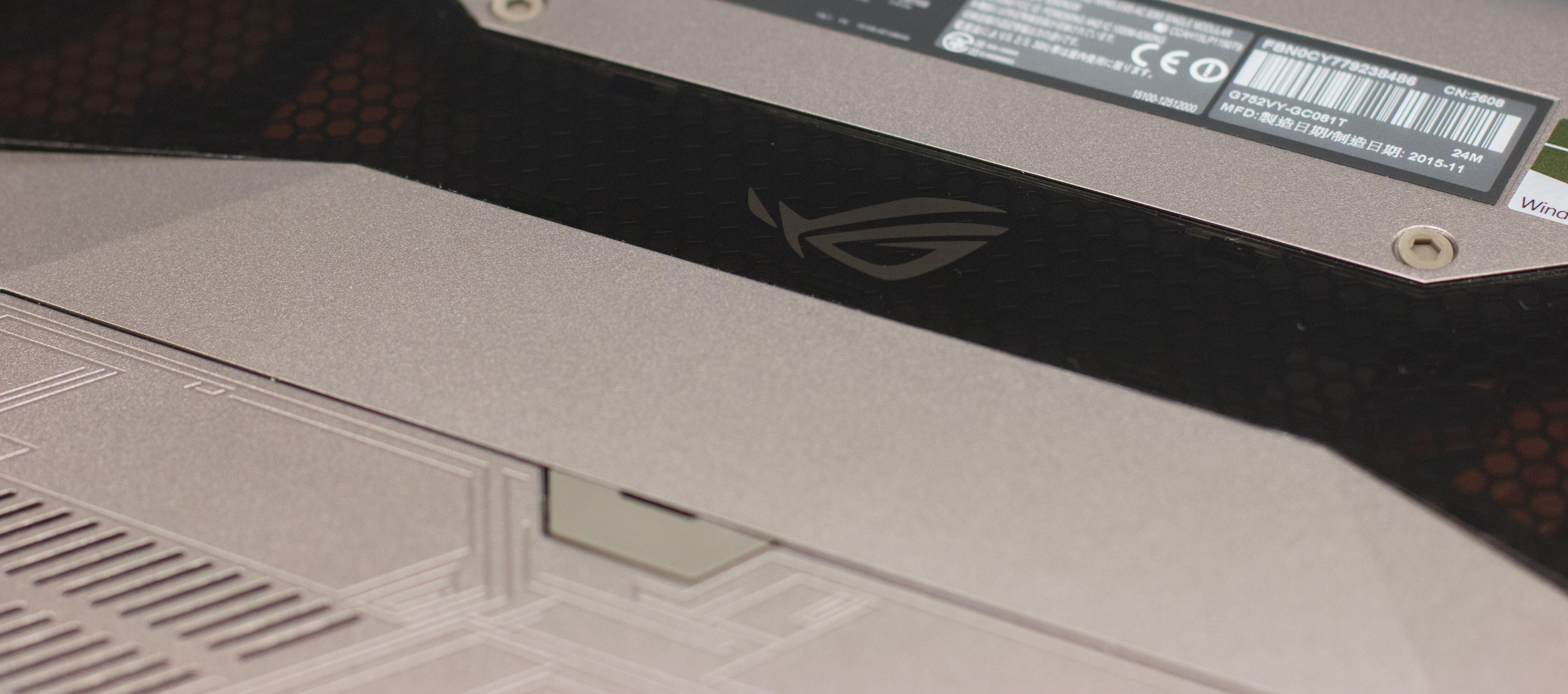 Gjennom et sotet (plast)-«glass» kan du se kjøleribbene og viftene til CPU og GPU.