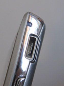 HDMI-porten på toppen av telefonen har beskyttelse mot rusk. Micro-USB-porten på siden har det ikke.