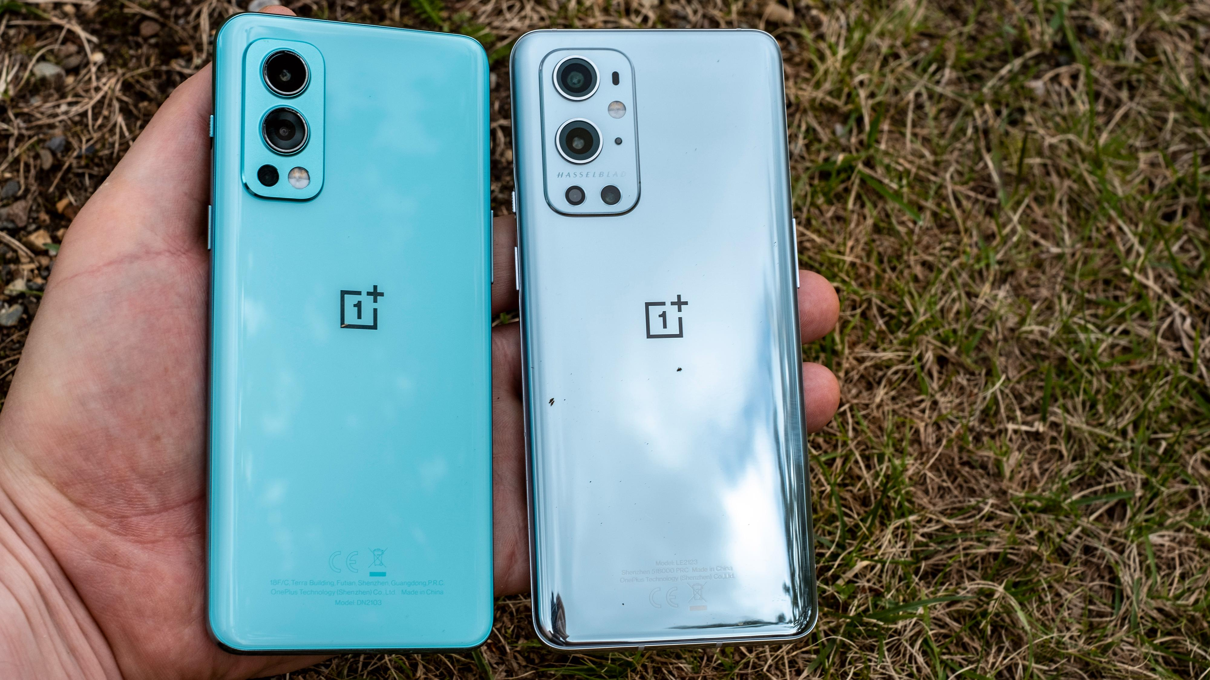 OnePlus Nord 2 og dobbelt så dyre OnePlus 9 Pro side om side. Nord 2 til venstre.