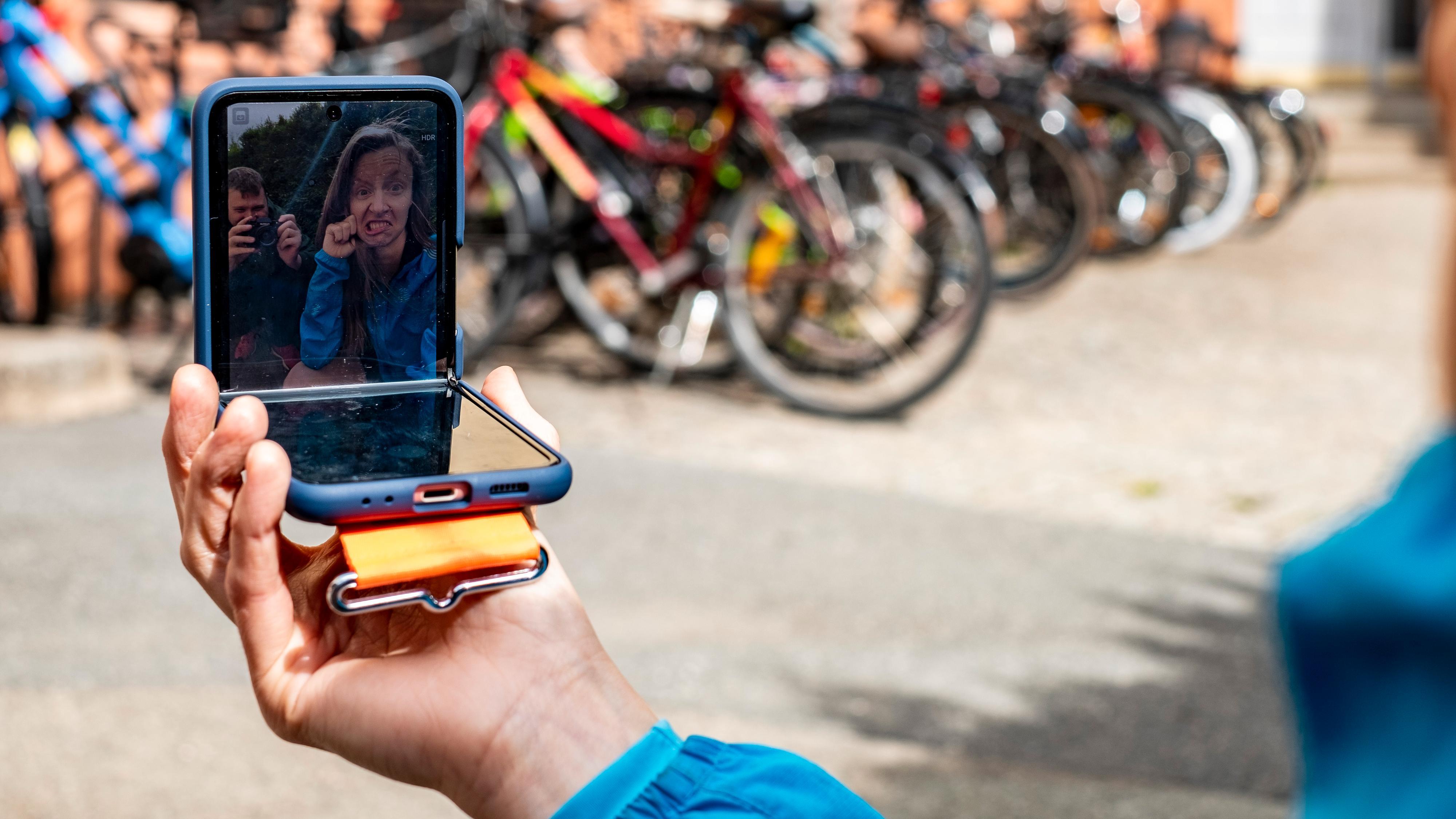 Du kan bruke kameraet inni eller utenpå for å ta selfier. I motsetning til Z Fold 3 har ikke Z Flip 3 selfiekamera gjemt under skjermen - i stedet har det et vanlig kikkhull.