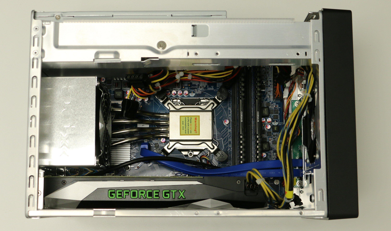 Med harddiskramma borte er det lett å komme til for installasjon. Her er CPU, RAM og GeForce GTX 1060 installert. M.2-SSD-en er skjult under grafikkortet. Merk for øvrig varmerørene som leder varmen fra prosessoren til kjøleanordningen i bakkant.