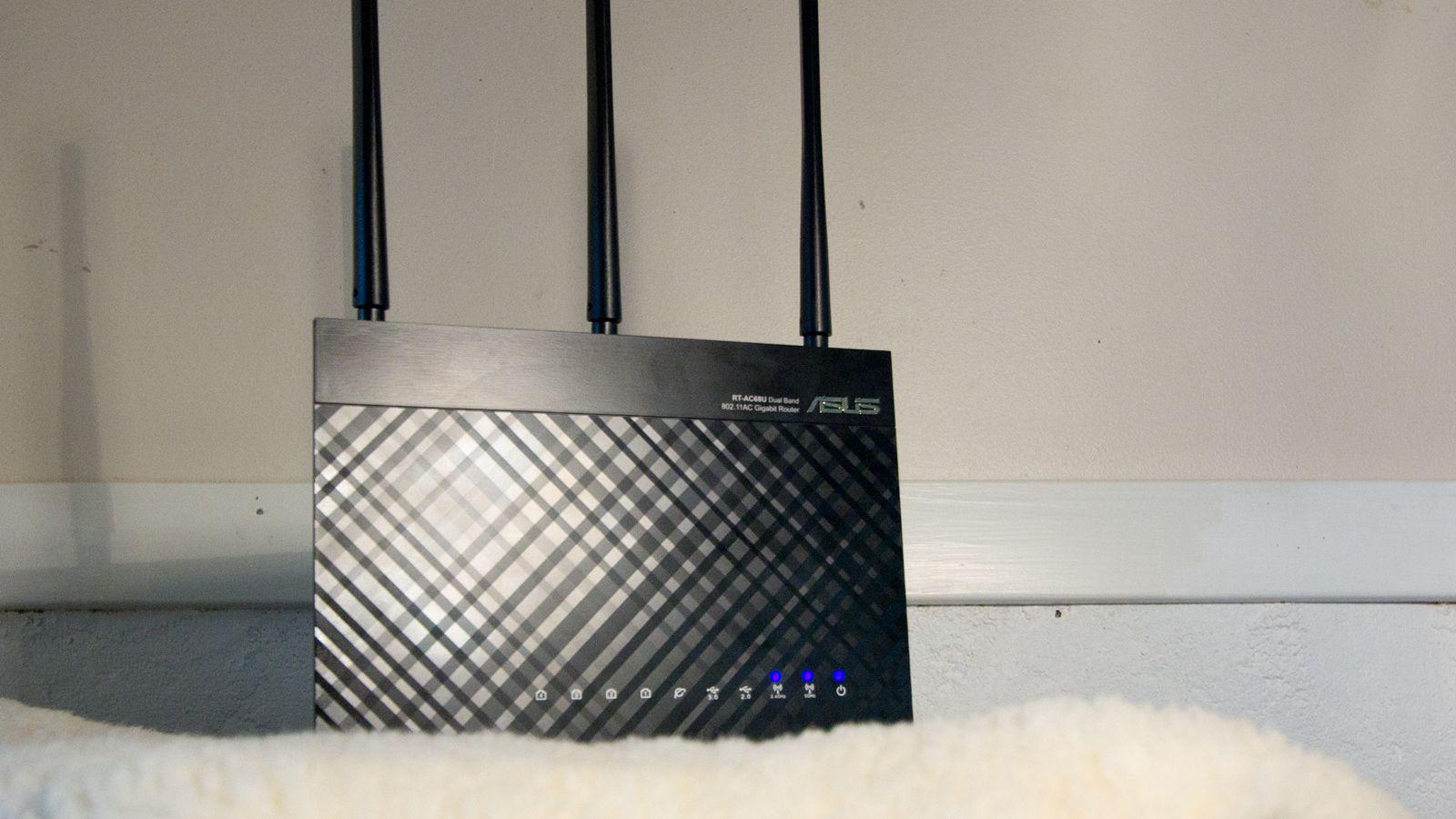 Asus RT-AC68U er den rimeligste ruteren du vil kunne installere AiMesh på. Den koster fra rundt 1200 kroner. Bilde: Rolf B. Wegner, Hardware.no