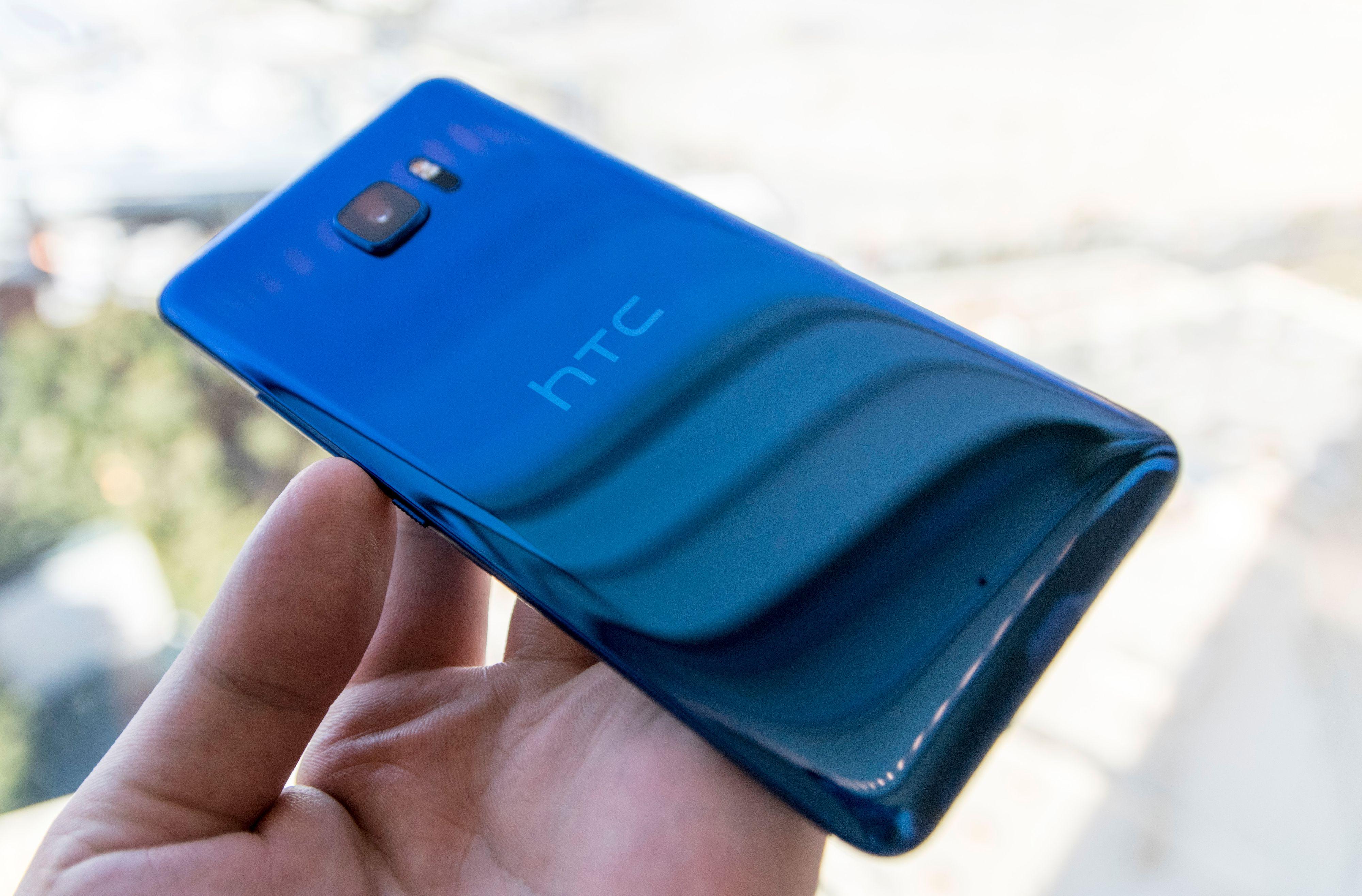 De nye HTC U-telefonene er så blanke at det er nærmest umulig å ta skikkelige bilder av dem. HTC kaller designspråket Liquid Surface. Flere av modellene ser også ut til å bytte farge avhengig av lys. Den svarte kan for eksempel se dyp grønn ut under sollys.