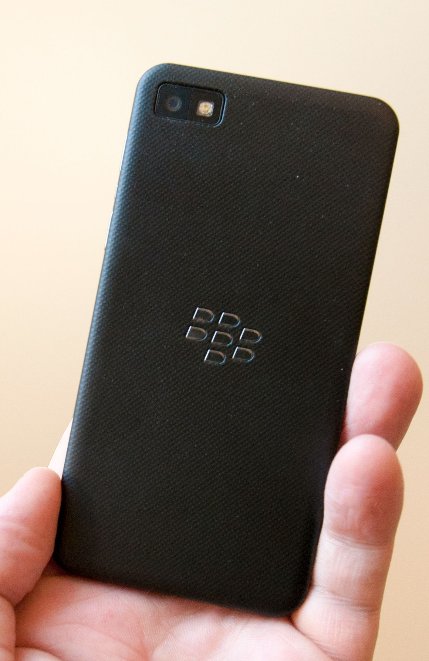 Slik ser baksiden av Z10 ut. Den er gummiert, slik at den ligger ekstra godt i hånden.Foto: Finn Jarle Kvalheim, Amobil.no