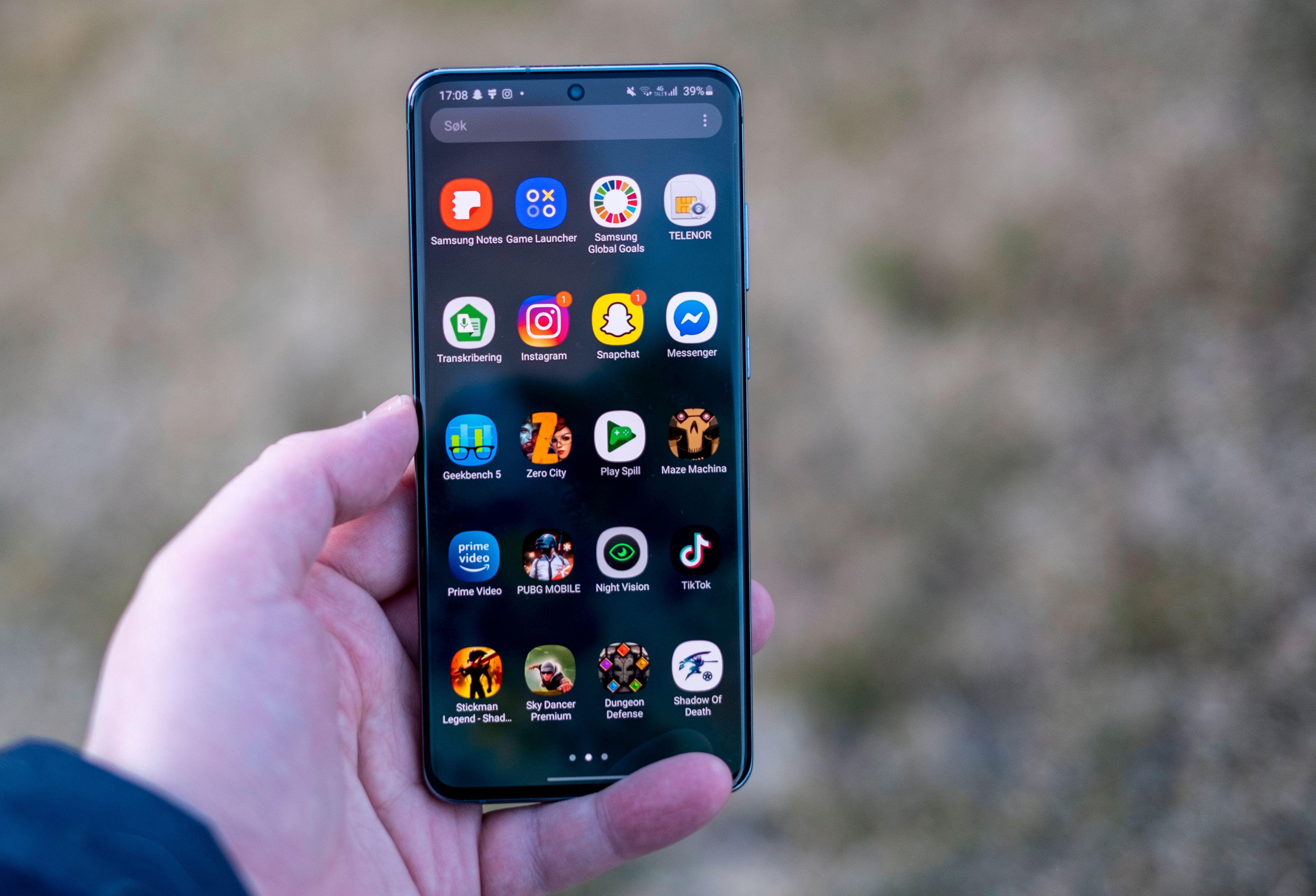 120 Hz skjerm gjør skrolling og panorering i menyer og tekstsider til en fryd. Men det bruker mye strøm - selv med mørk modus aktivert på AMOLED-skjermen eter Galaxy S20 Ultra seg gjennom det digre batteriet sitt på en dag når 120 Hz er aktivert.