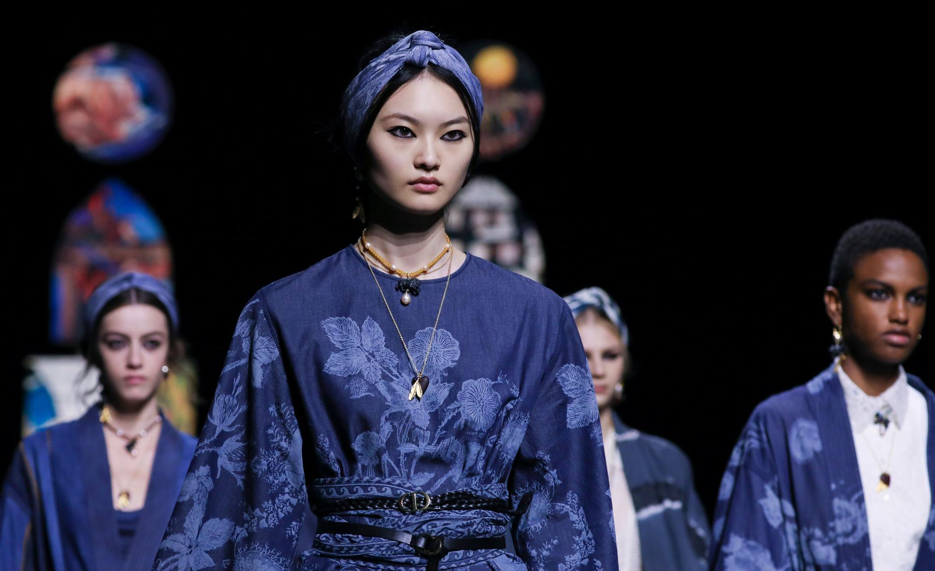 Dior skickade ner sina modeller för catwalken med eyeliner runt hela ögat.