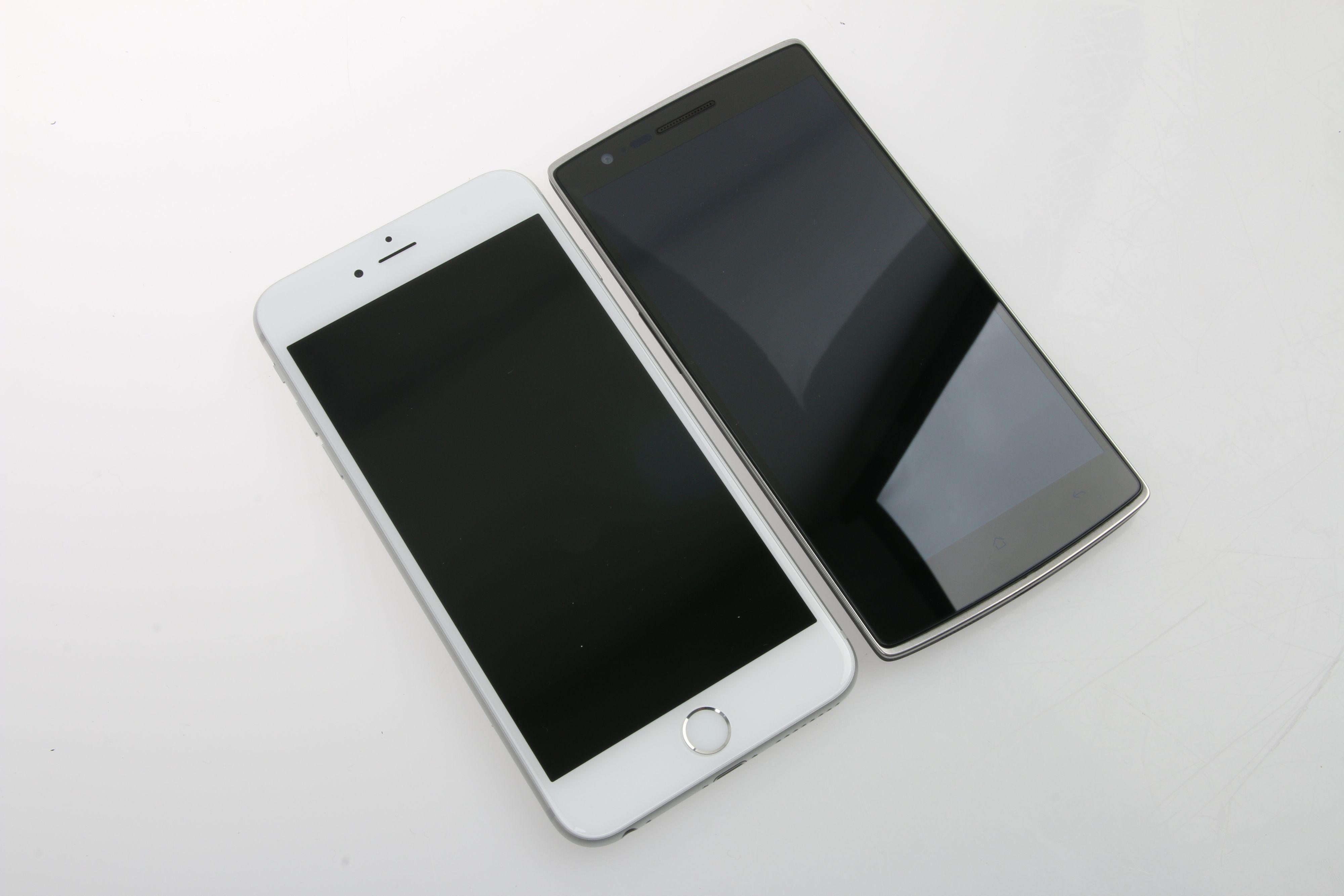 iPhone 6 Plus er noe større enn OnePlus One. 6 Plus måler 158,1 x 77,8 x 7,1 millimeter (høyde, bredde og tykkelse), mens OnePlus One på sin side er 152,9 x 75,9 x 8,9 mm. Ser vi på vekten veier iPhone 6 Plus 172 gram, mens vektnålen stopper ved 162 gram på OnePlus One.