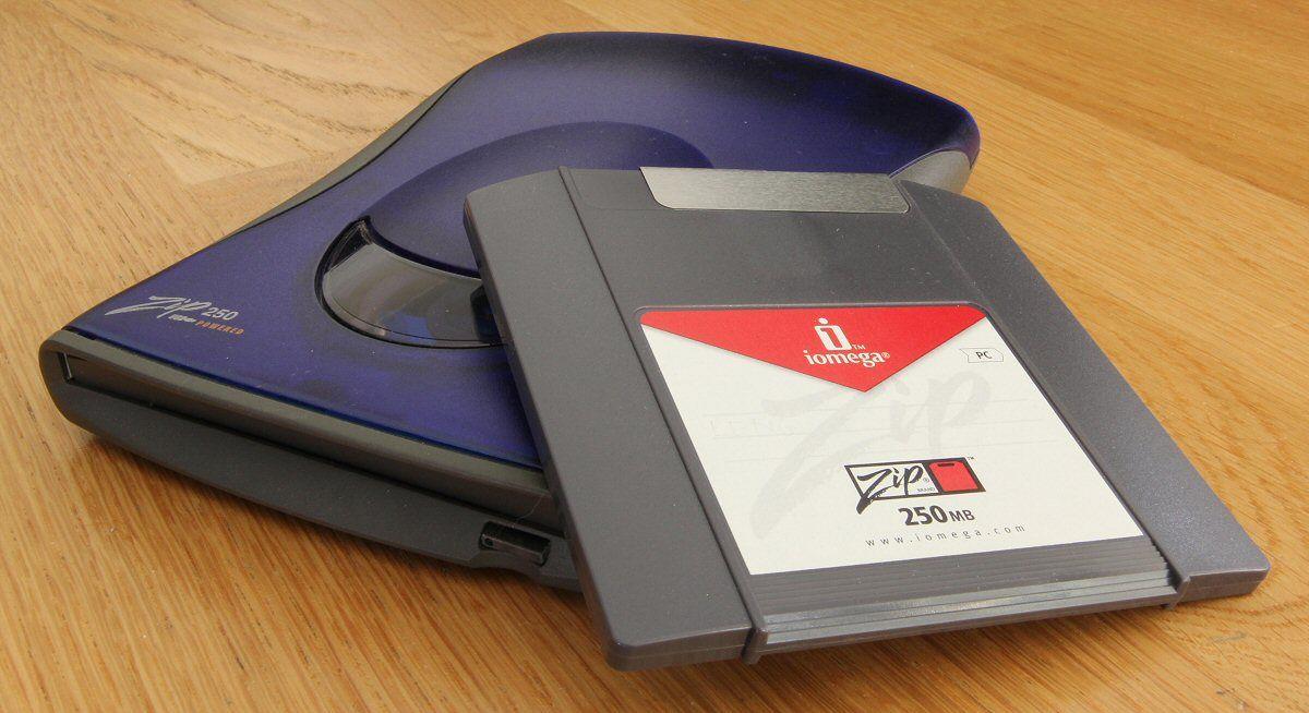 Iomega Zip var en diskettstasjon, her i en «moderne» USB-strømforsynt utgave som kunne lese disketter på hele 250 MB.Foto: Vegar Jansen, Hardware.no