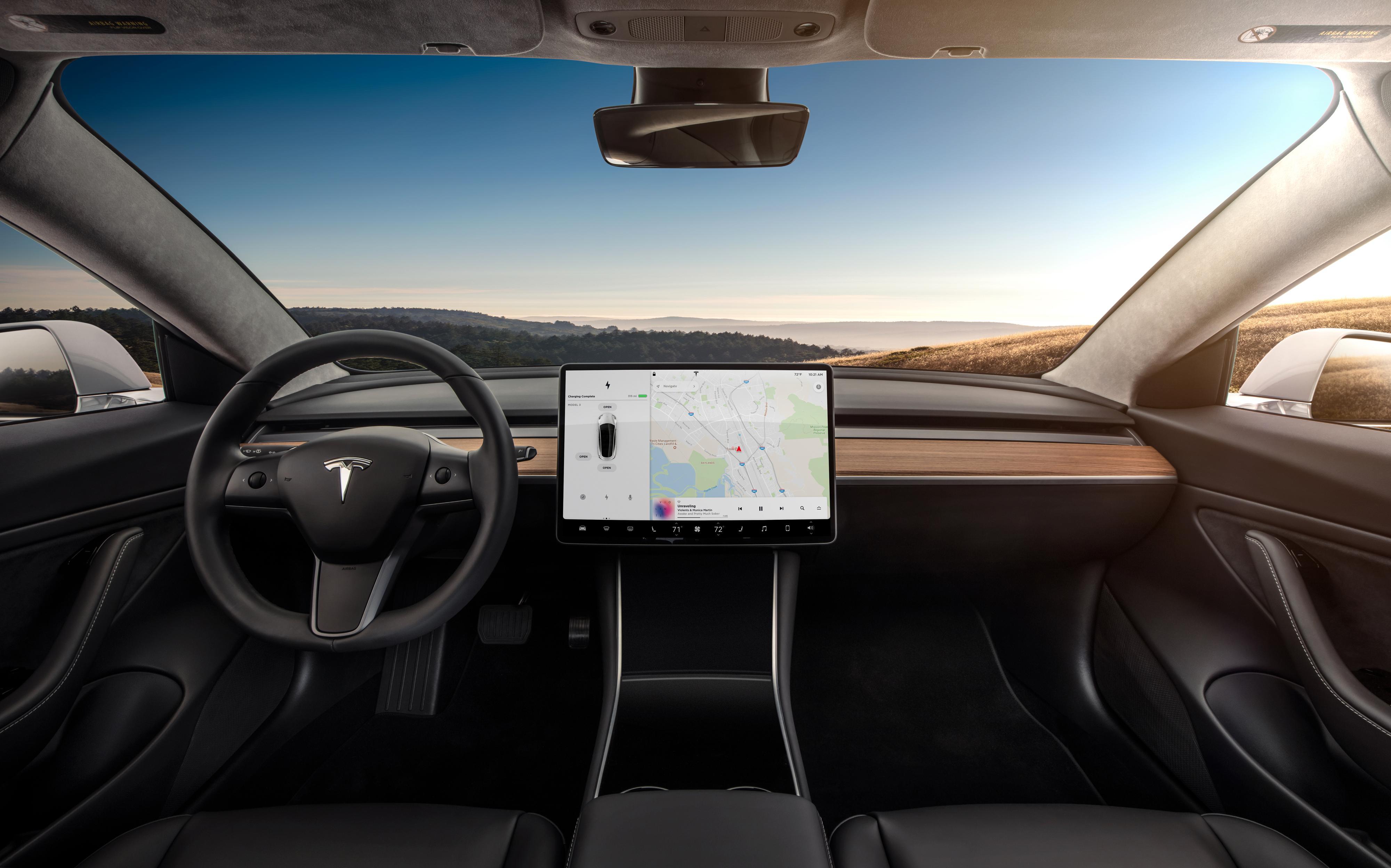 Dashbordet i Model 3 er sannsynligvis det mest minimalistiske vi har sett i noen bil. Bilde: Tesla