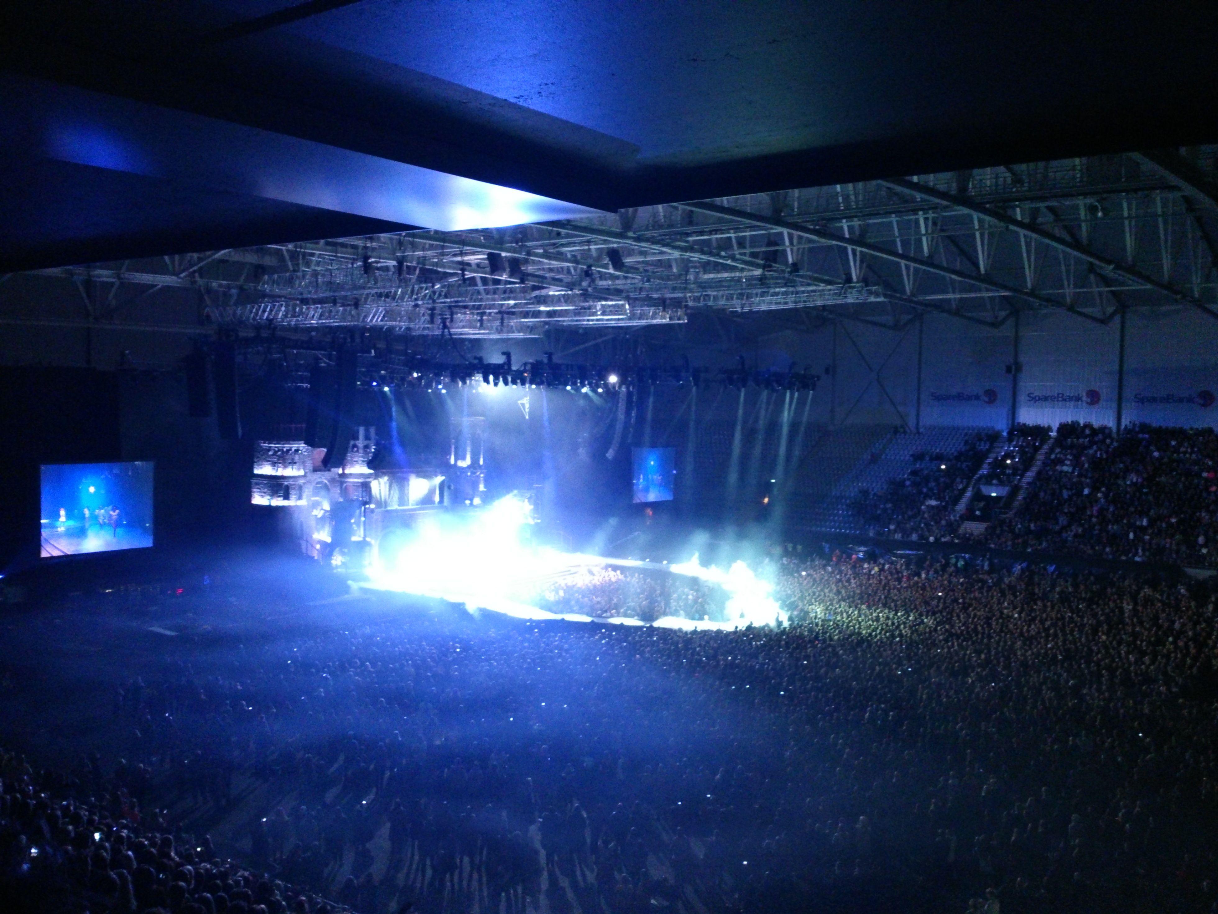 Mørk hall, lang avstand og skarpt scenelys. Telenor Arena.