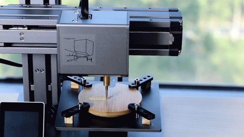 Skriveren kan fungere som CNC-maskin ved å gravere i for eksempel tre.