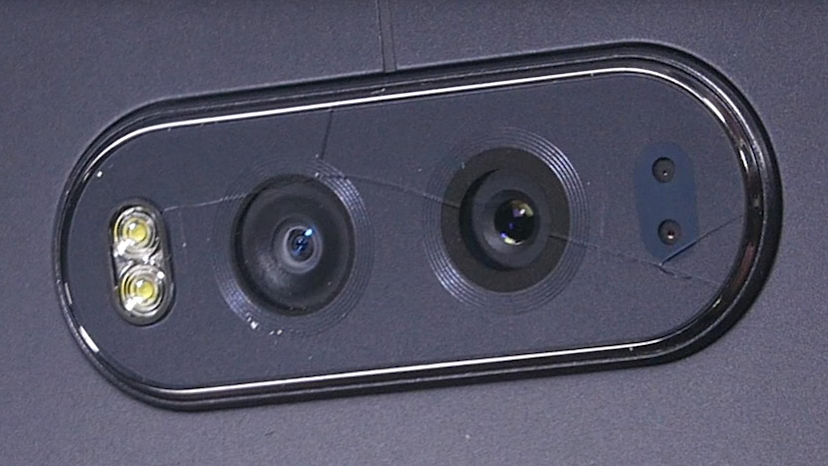 Dette skjedde med kameraglasset på V20 etter at YouTube-kanalen JerryRigEverything utførte en relativt forsiktig skrapetest på glasset.