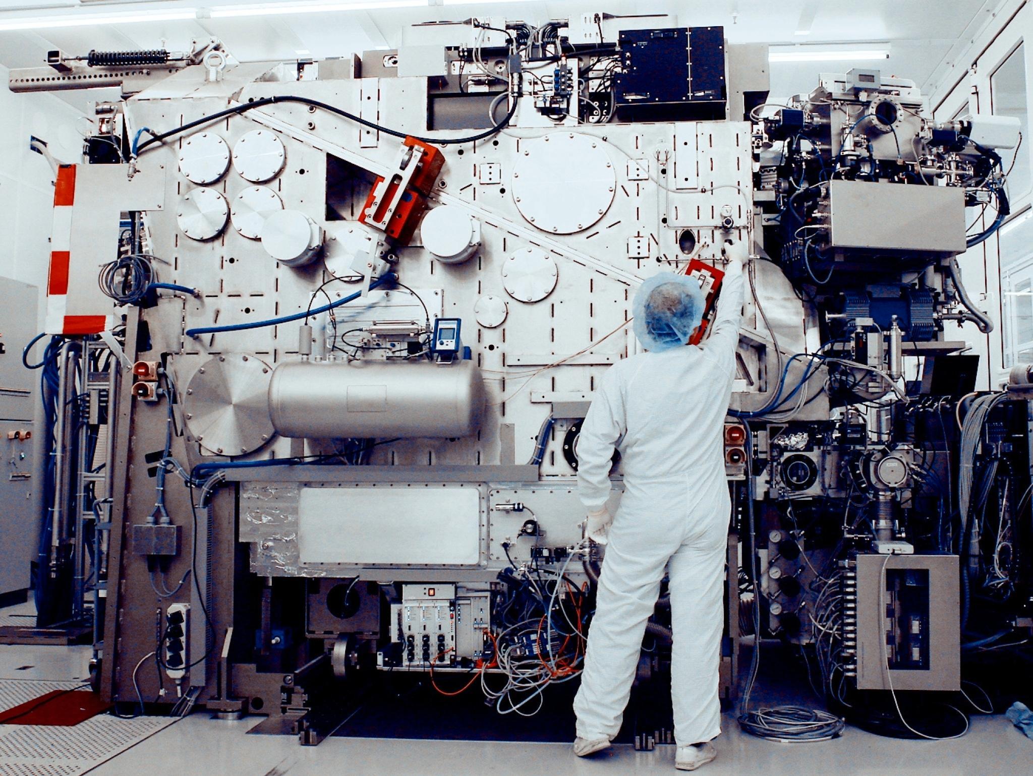 Forskere hos ASML jobber med fremtidens produksjonsutstyr for prosessorer.Foto: ASML