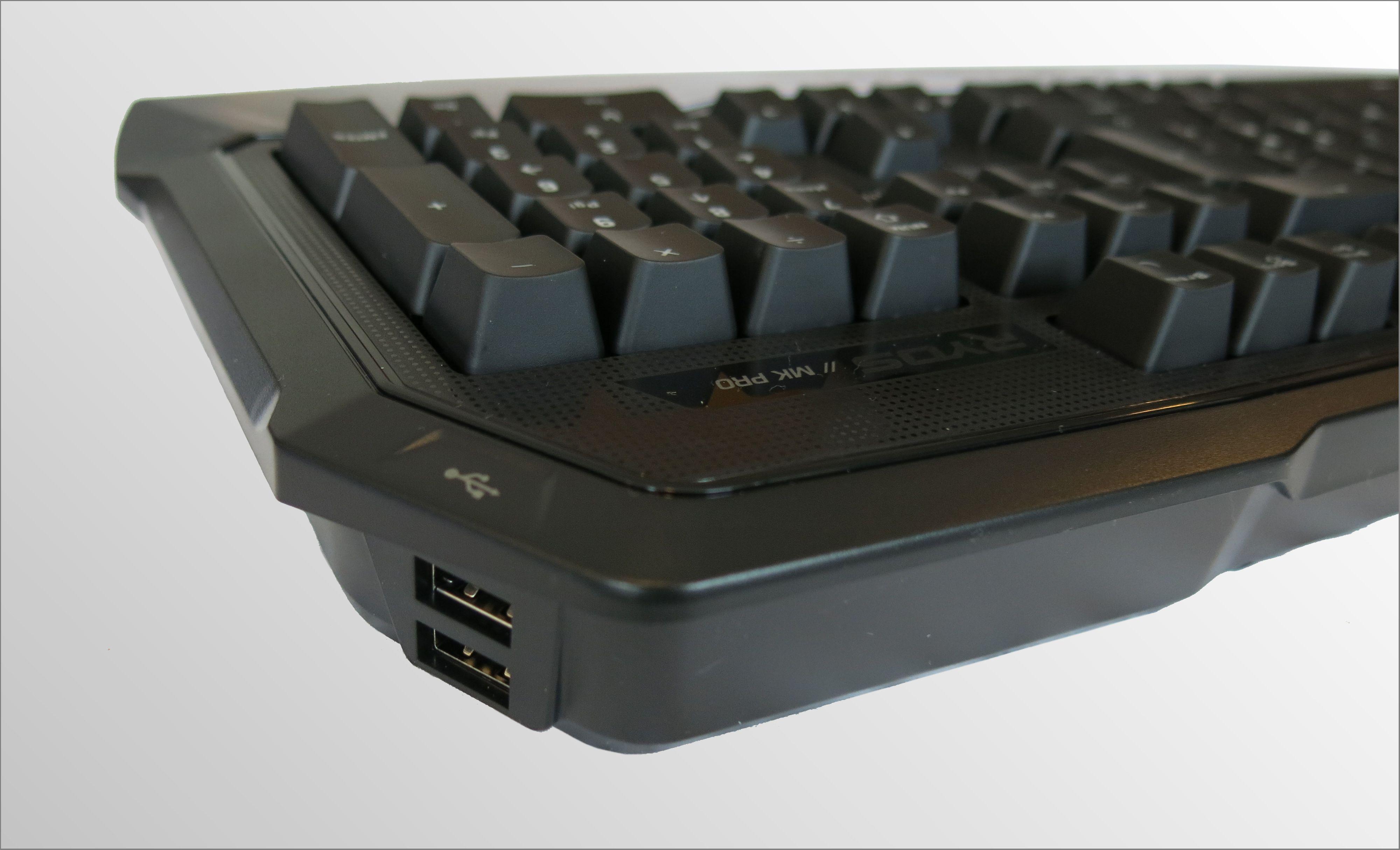 To USB 2.0 porter har fått sin plass på høyresiden av tastaturet. Foto: Torstein Sørnes, Hardware.no
