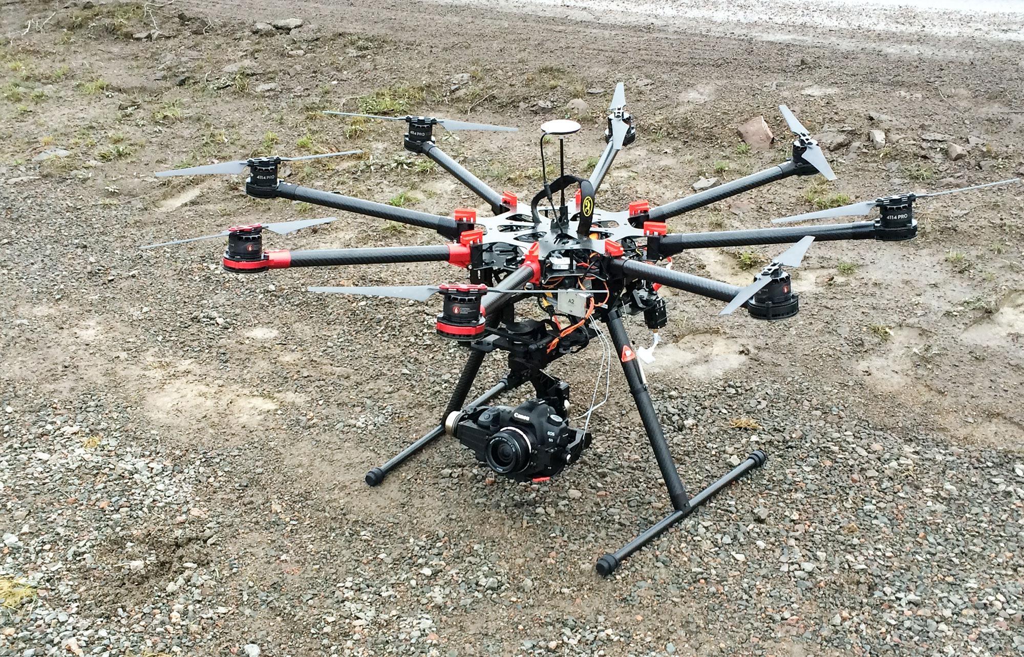 Her ser du Kim-David Østgårds octocopter. Foto: Skymedia.no