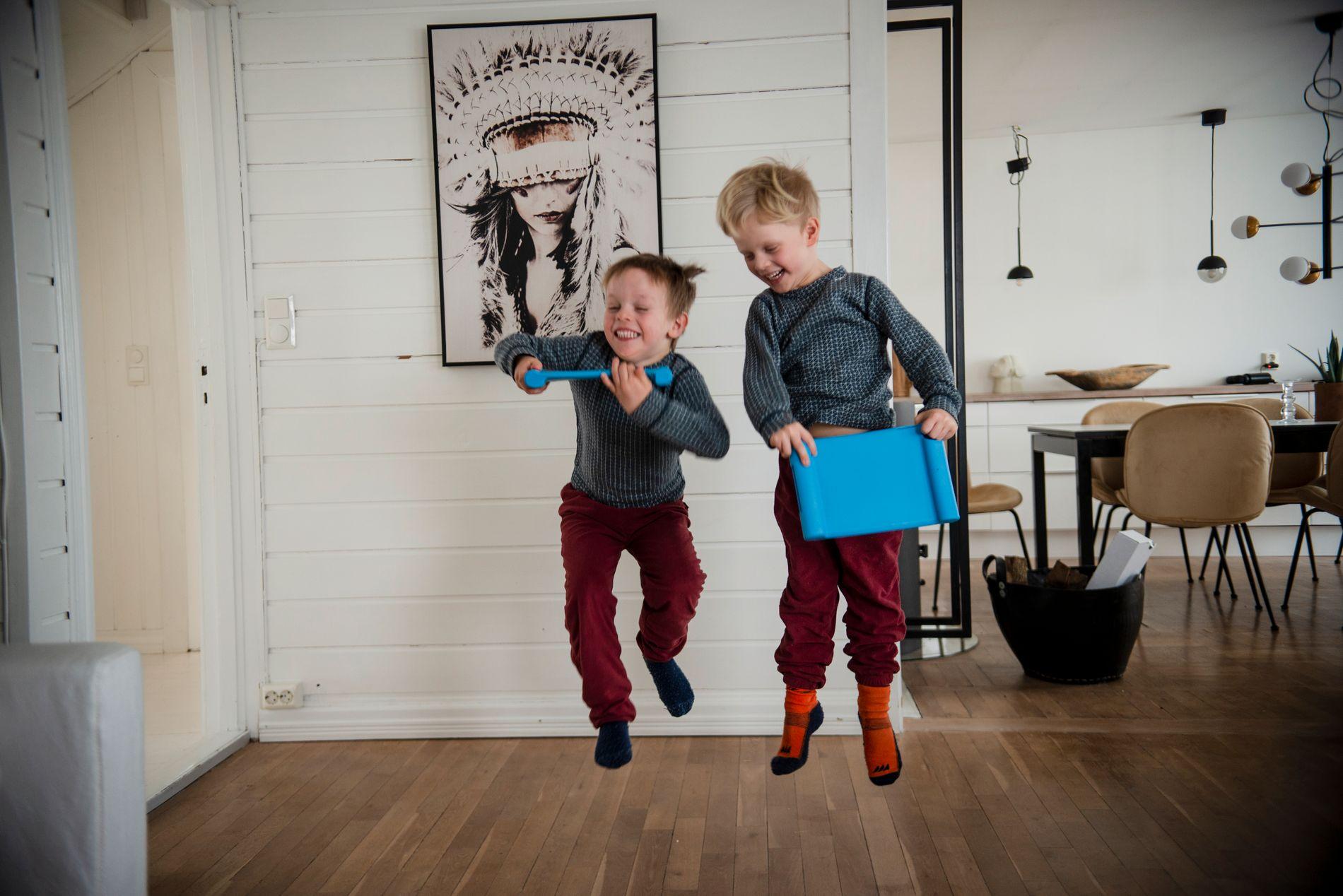 IVRIGE KARER: Leo og Linus er to aktive gutter, som gleder seg til å begynne på skolen.