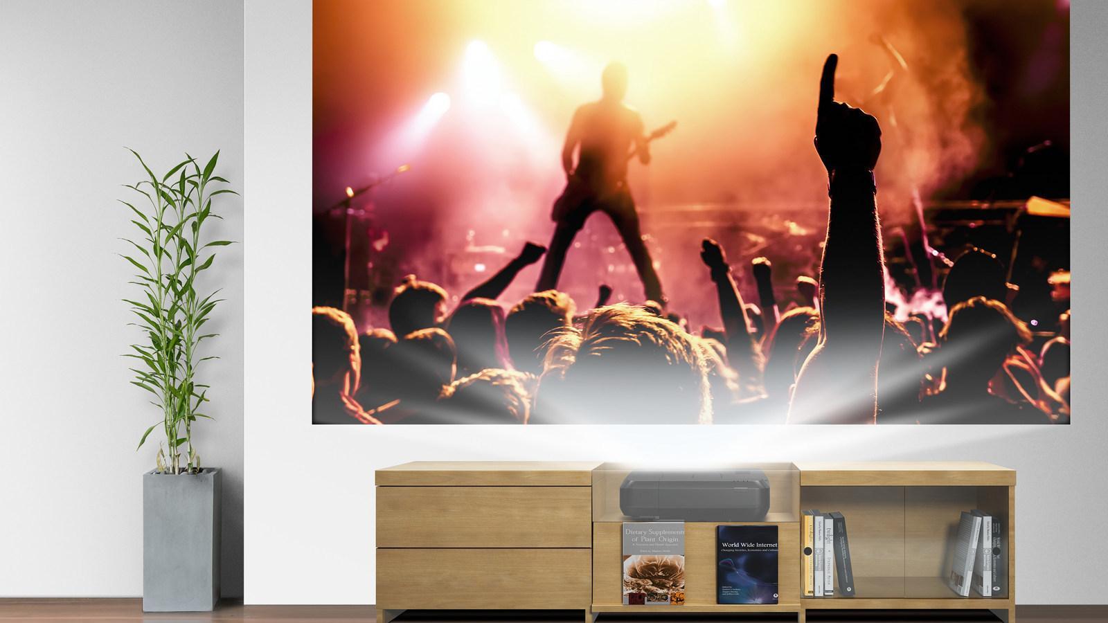 Epsons nye laserprojektor gir deg et 120-tommers bilde bare centimeter fra veggen