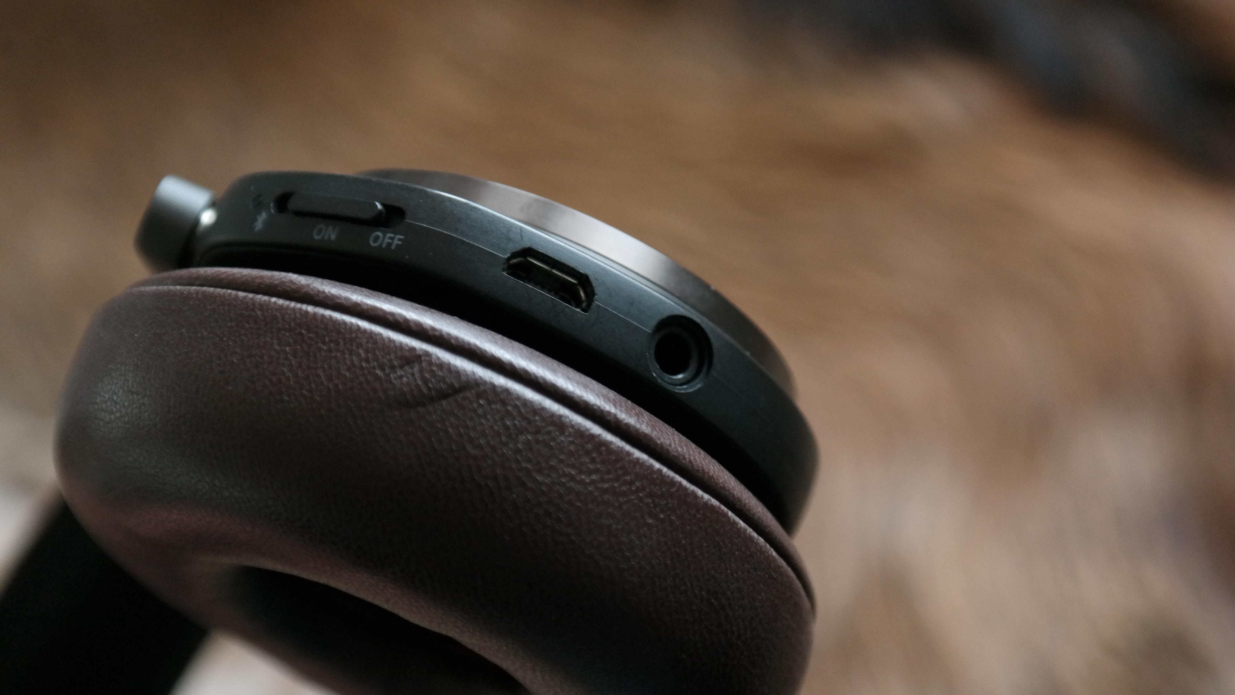 De tykke øreputene gir god passiv støydemping, hindrer lydlekkasje og sikrer bærekomforten. Foto: Espen Irwing Swang, Tek.no