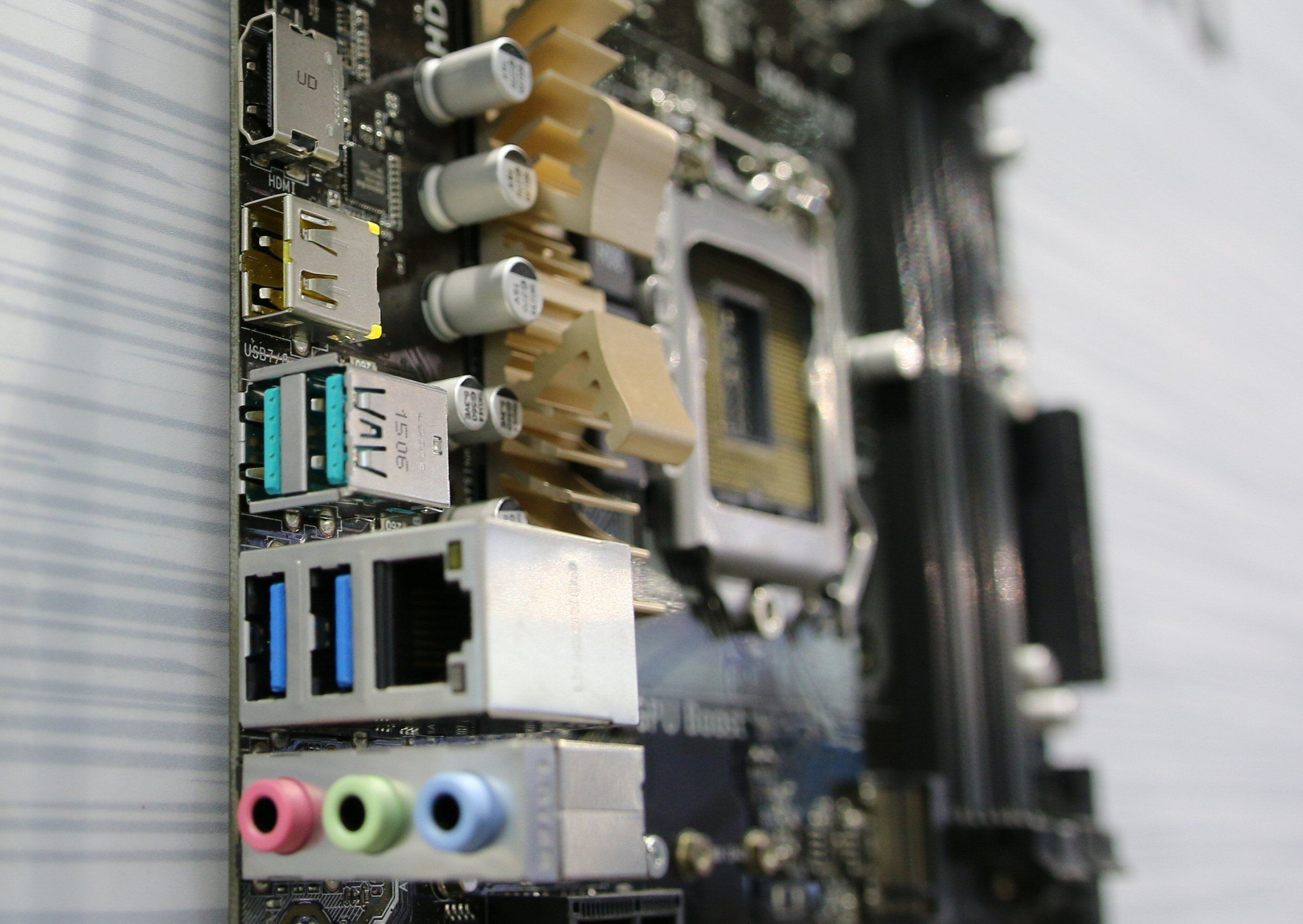 Vendbar USB-kontakt i gult, rett over de to USB 3.1-kontaktene. Foto: Vegar Jansen, Tek.no