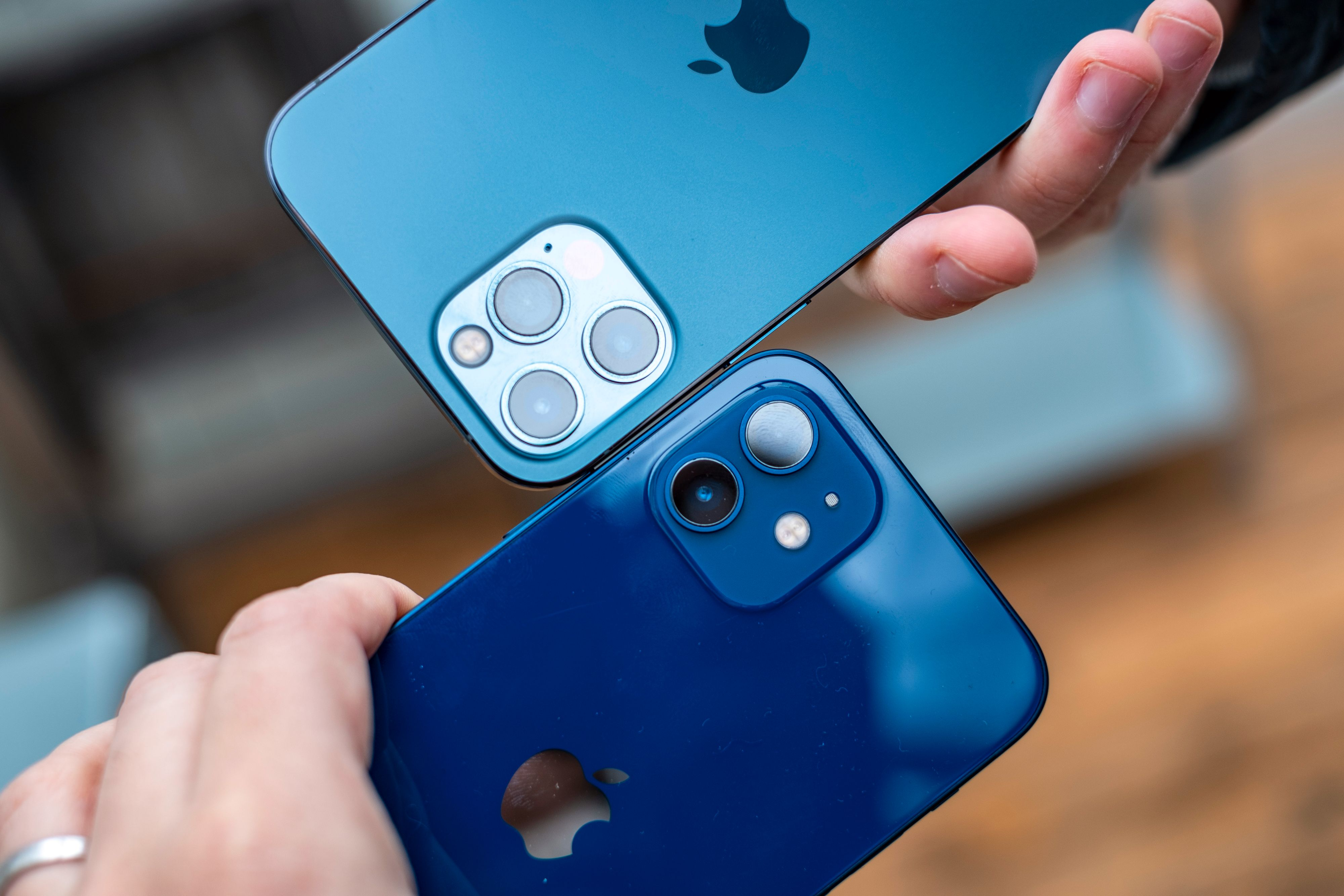iPhone 12 Pro har tre kamera, mens iPhone 12 «bare» har to. Zoom-kameraet er ekstra på Pro-versjonen, mens begge har vanlig vidvinkel og ultravidvinkel.
