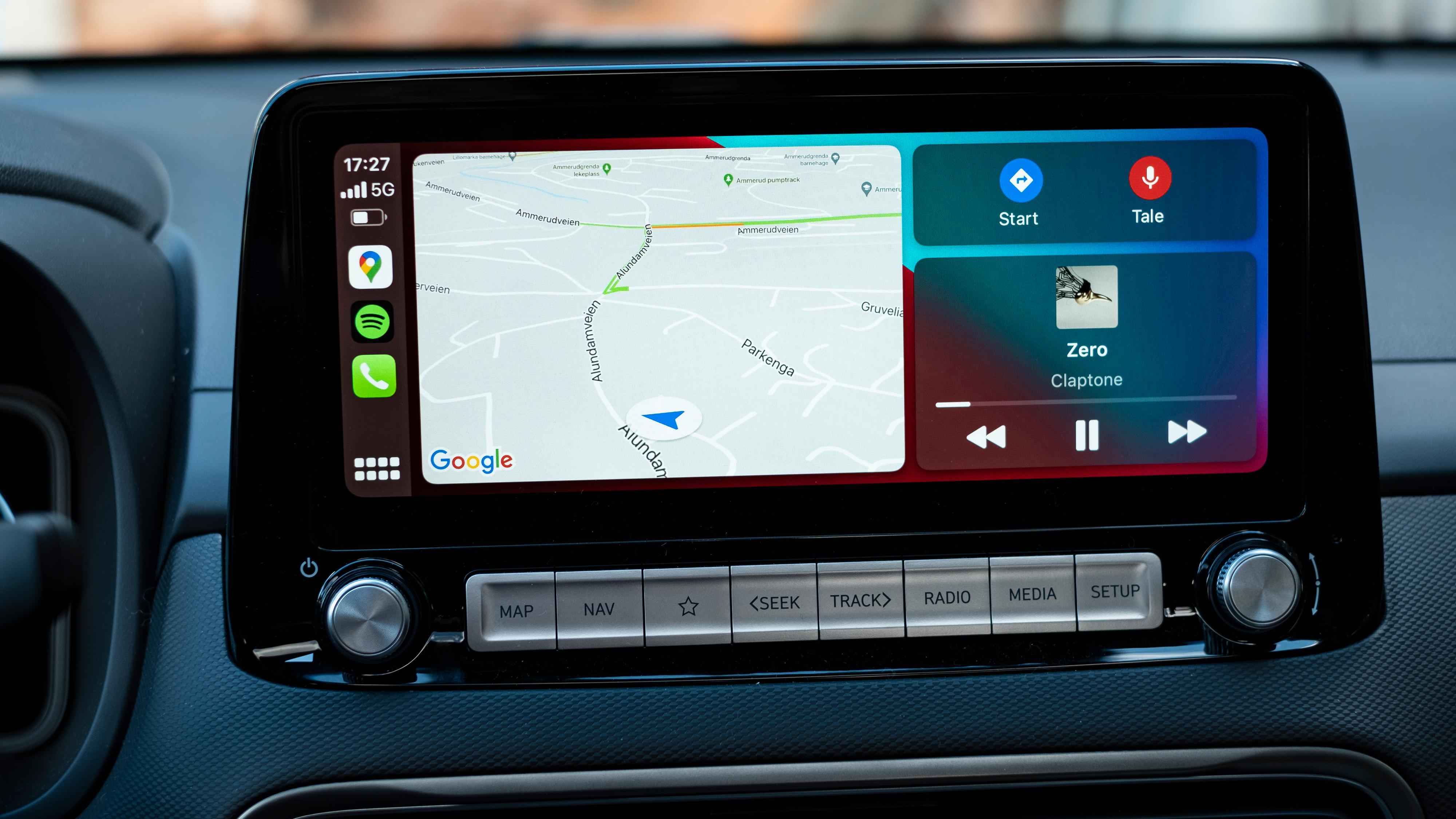 CarPlay har utviklet seg en del de siste årene, med flere apper tilgjengelig og muligheten til å bruke Google Maps for navigasjon. Hjemmeskjermen min er satt opp med musikk, kart og navigasjonsinstruksjoner i samme visning.