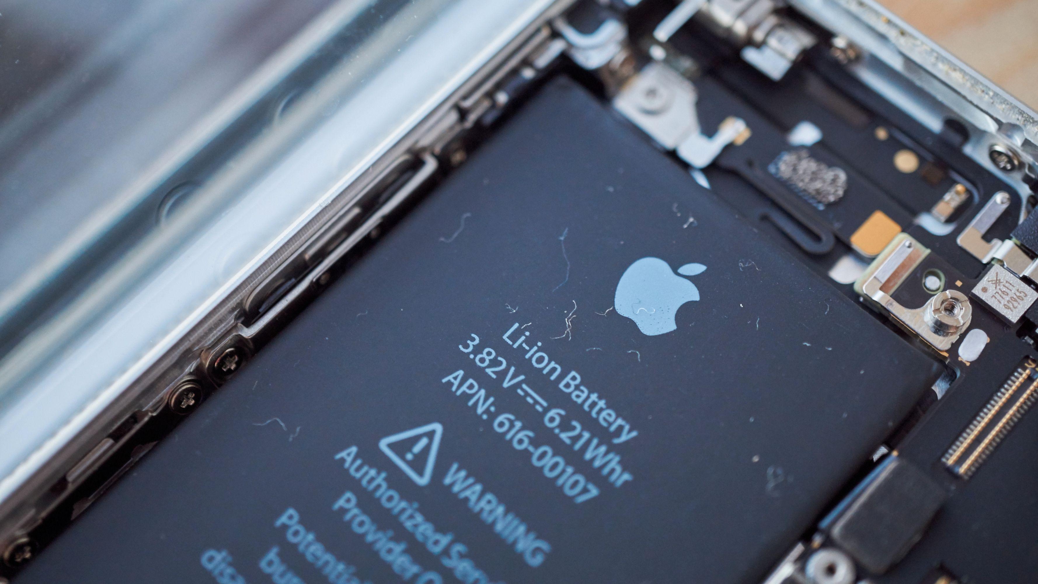 iPhone SE-batteriet er det eneste av de tre batteriene Apple har begunstiget sin logo.
