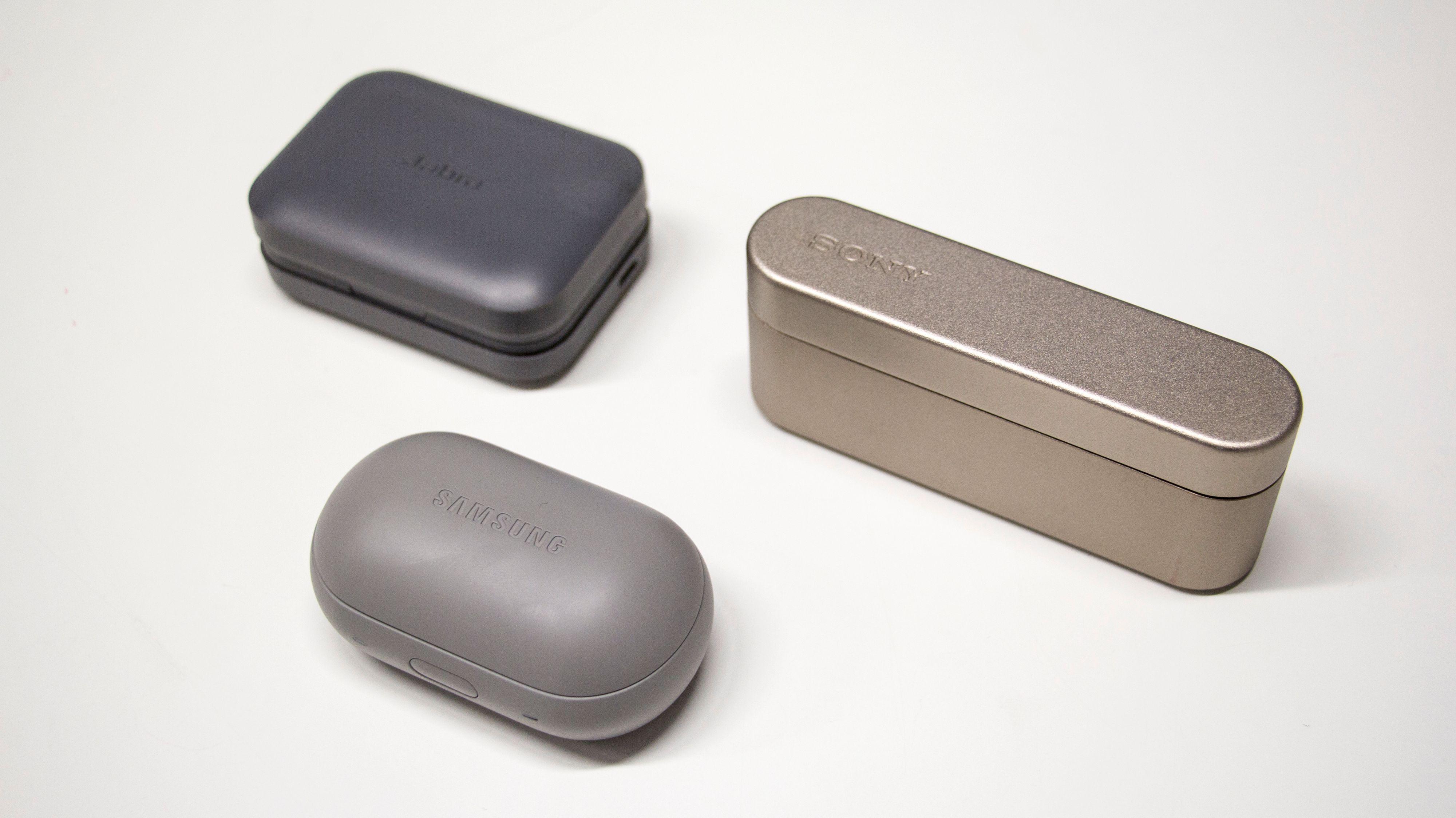 Samsungs etui er litt mer kompakt enn de øvrige, men samtidig litt mer klumpete. Øverst til venstre Jabra, til høyre Sony. Bilde: Stein Jarle Olsen, Tek.no