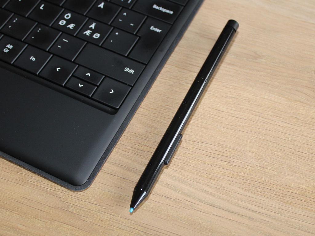 Denne pennen virker bare på Pro-versjonen. Den festes med en magnet til ladekontakten (lades ikke), og er av typen som antakelig er borte før du vet ordet av det.Foto: Espen Irwing Swang, Amobil.no