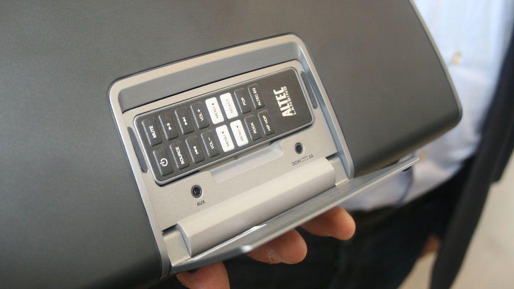 På baksiden er det en smart holder for fjernkontrollen.