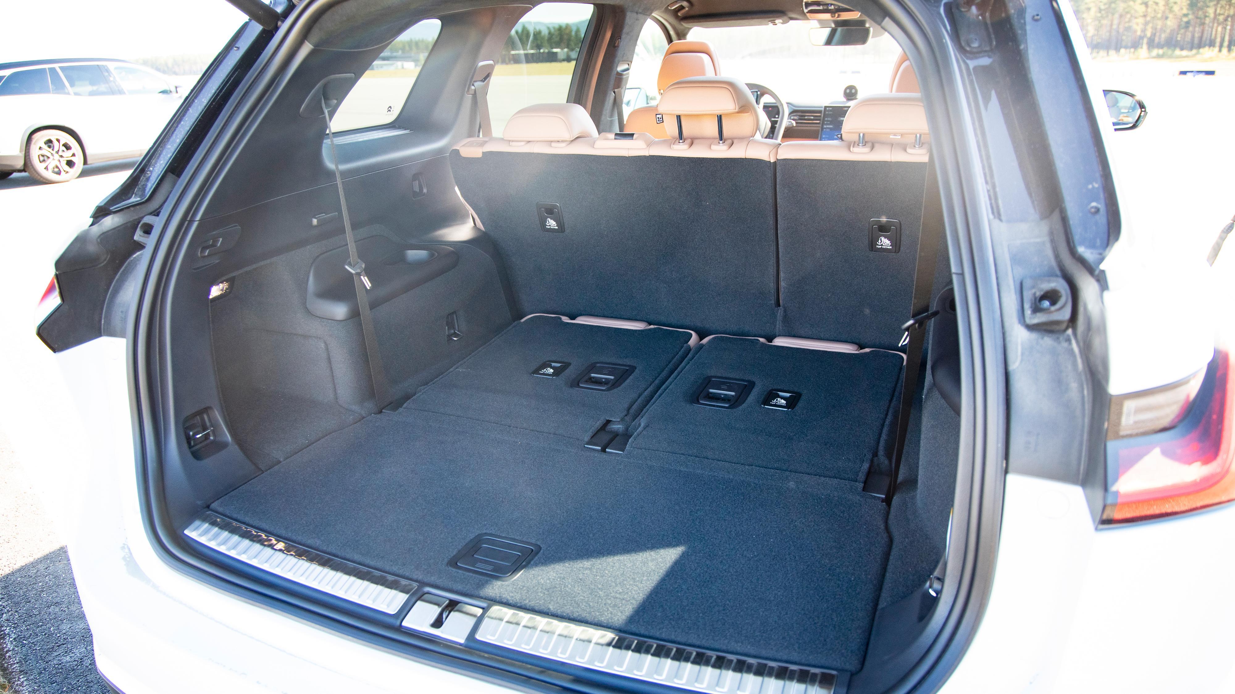 Mye bagasjeplass i ES8 om du har den bakerste seteraden slått ned. Under gulvet finner du også et lite rom til for eksempel ladekabler.