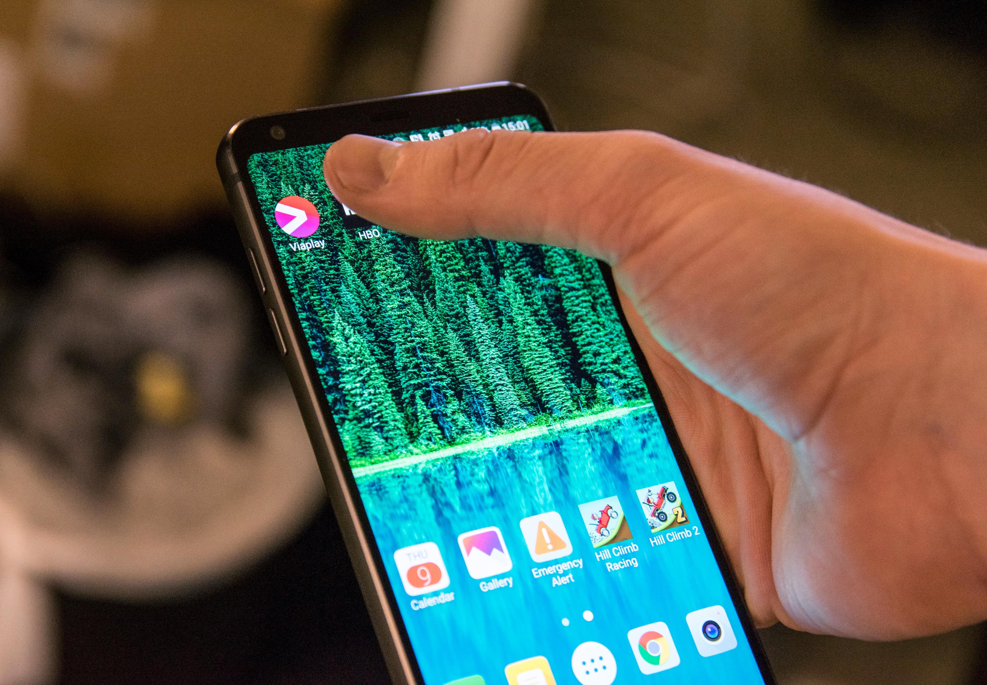 Rammen er kanskje kompakt, men skjermen blir for stor, sier kanskje du. Vel, joda, men samtidig gjør de svært smale rammene det mye enklere å rekke skjermområdene som er lengst unna.