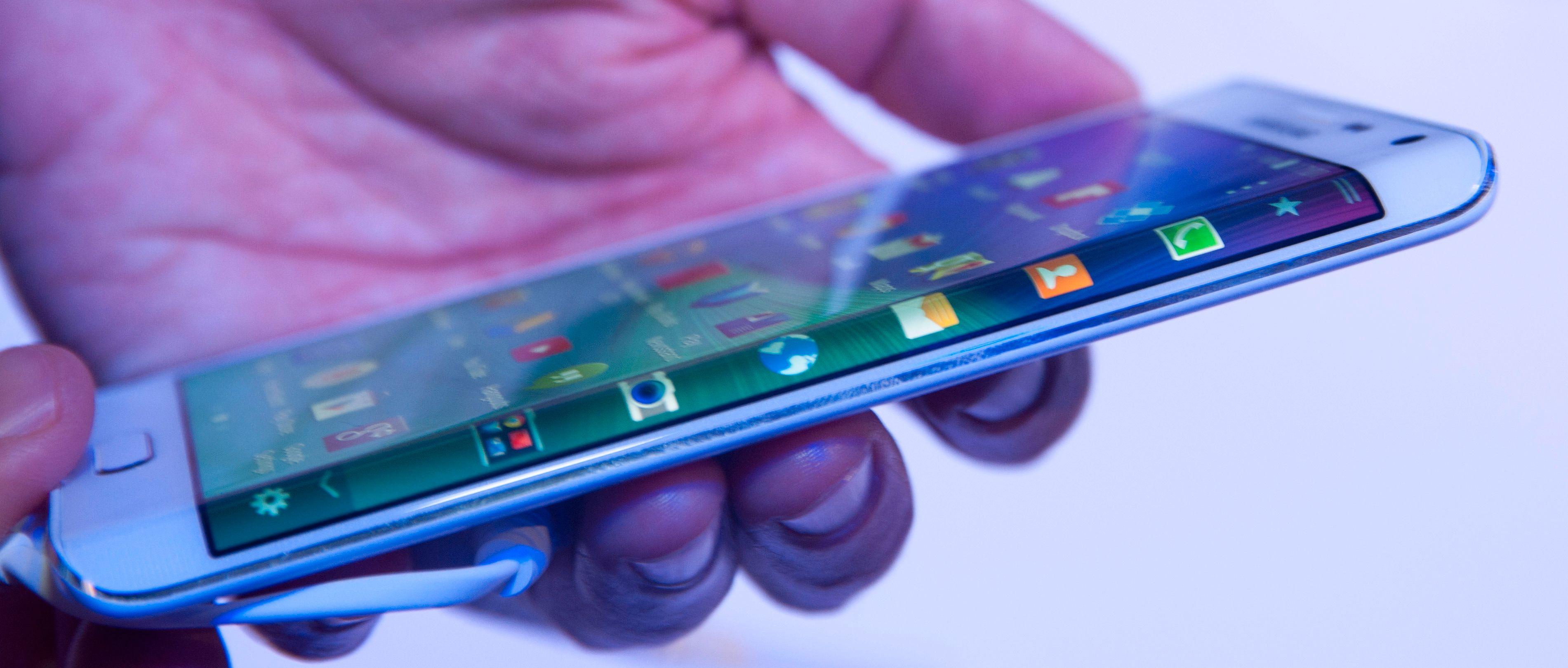 Galaxy Note Edge er en kileformet variant av Galaxy Note 4. Den kan vise informasjon langs høyre langside.Foto: Finn Jarle Kvalheim, Amobil.no