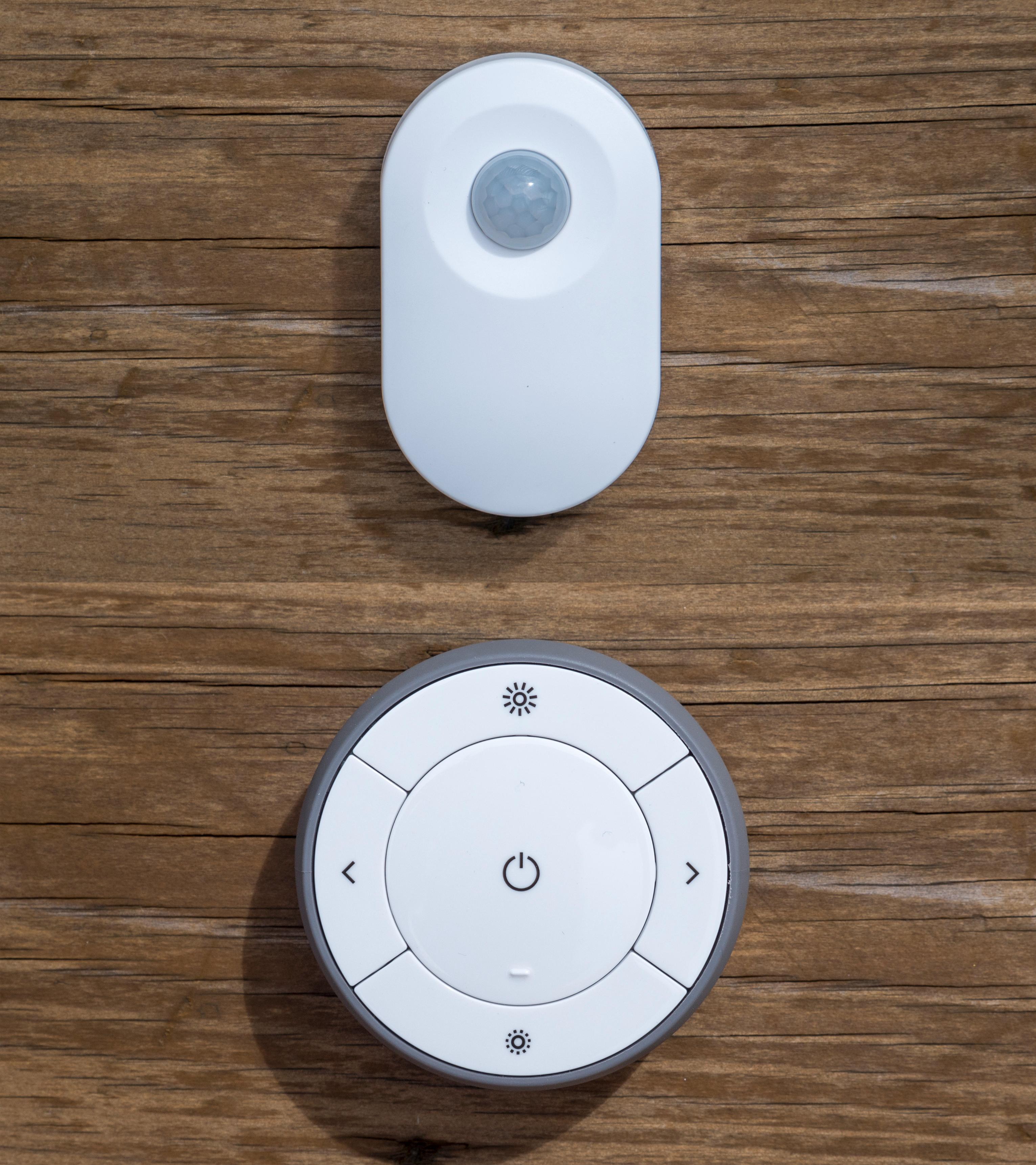 Hvorfor lar ikke systemet oss bruke både fjernkontrollen og bevegelsessensoren samtidig?