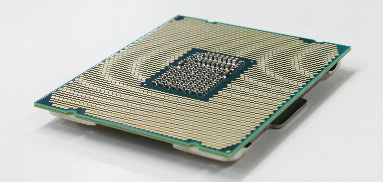 En LGA 2066-prosessor har 2066 kontaktpunkter på undersiden. Bilde: Vegar Jansen, Tek.no