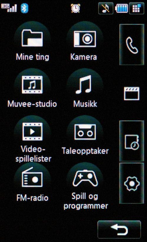 Skjermen består av store ikoner det er lett å treffe med tommelen.