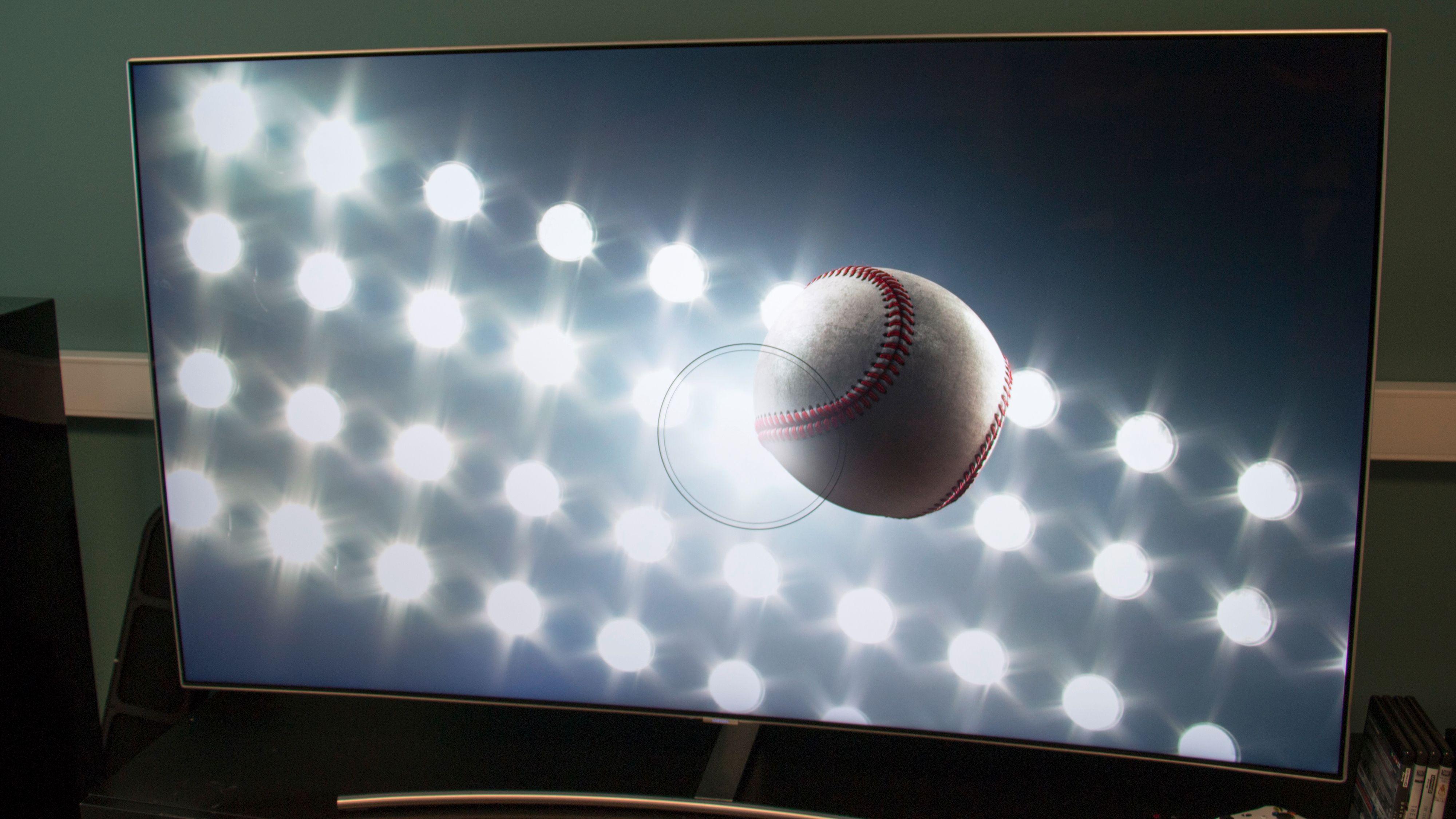 Samsung Q8 har kraftig lysstyrke, og er meget bra på bevegelse. Samtidig er den også vel egnet til å spille på takket være lav inputlag.