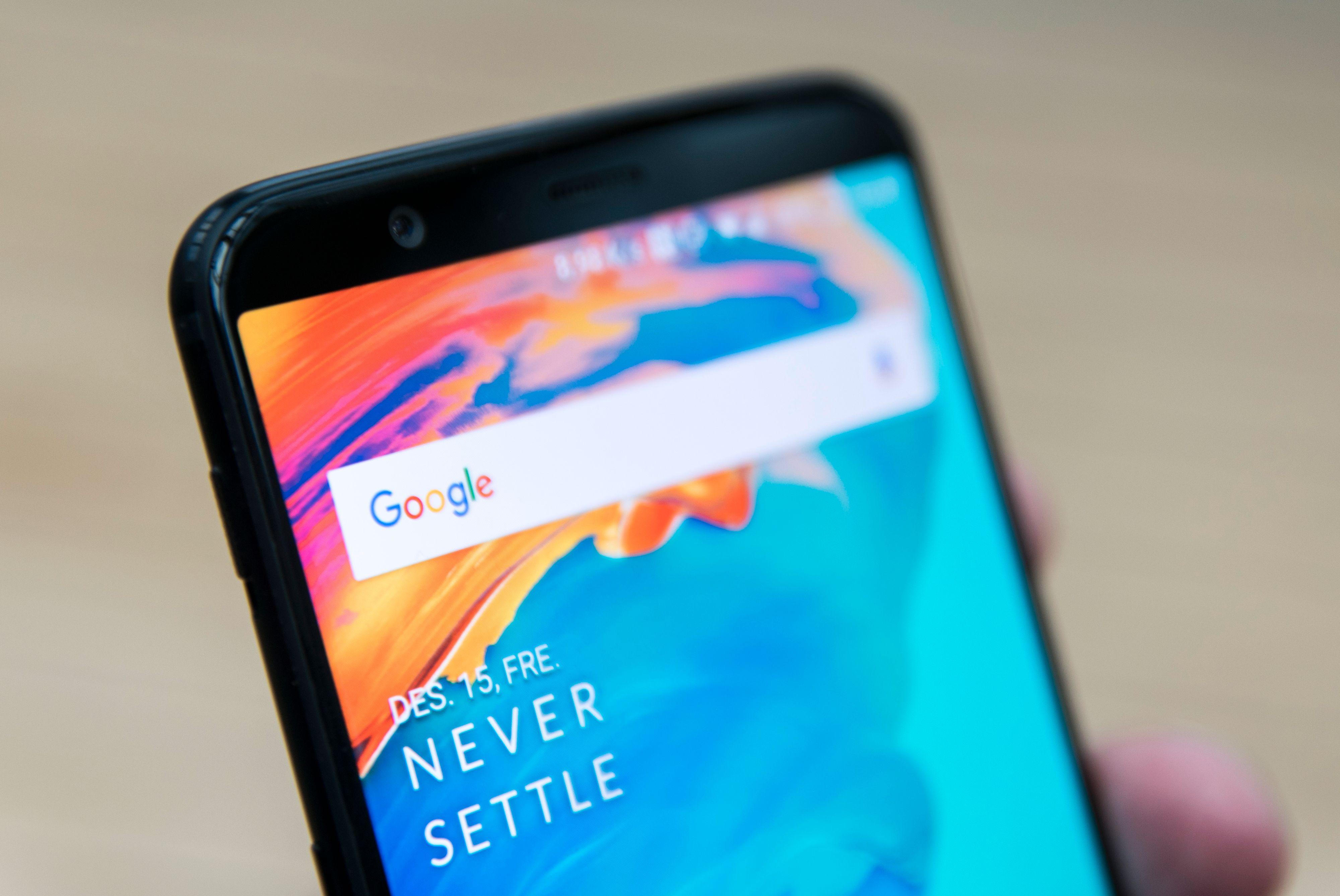Det er ansiktsgjenkjenning på OnePlus 5T, men den krever dagslys for å virke, siden den bruker selfiekameraet over skjermen. Bilde: Finn Jarle Kvalheim, Tek.no