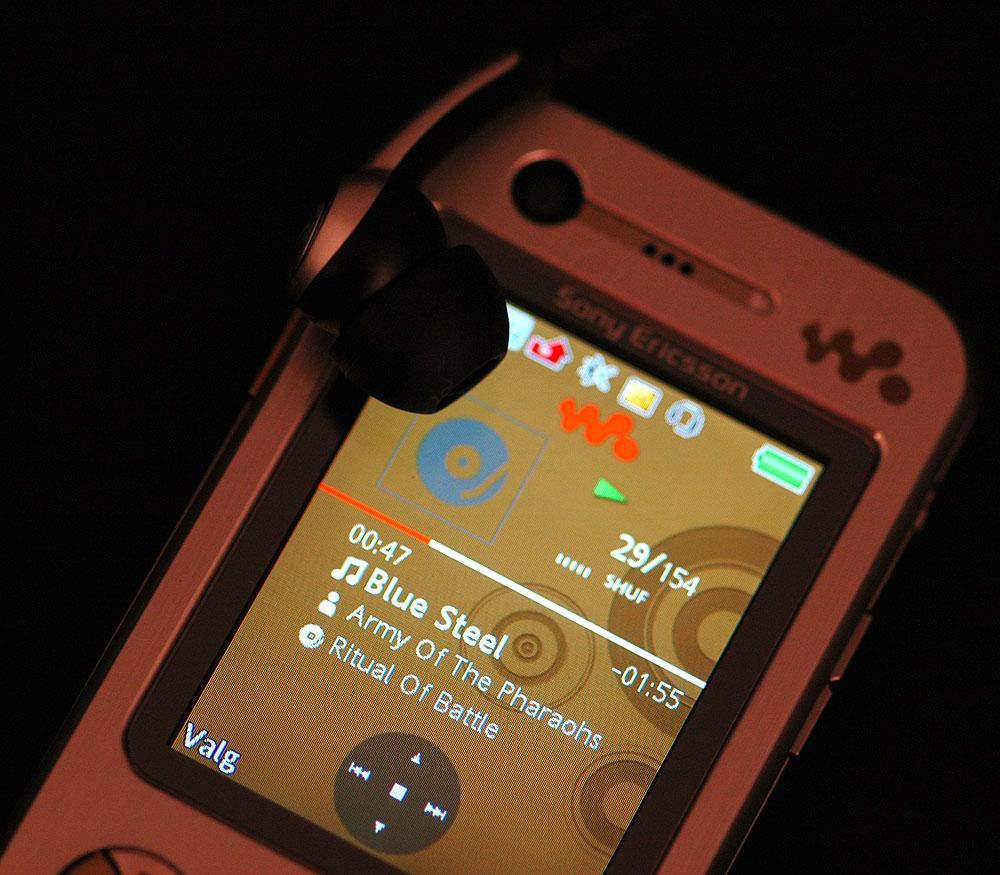 Sony Ericson W890i er en av telefonene som klarer å spille lengst mellom ladingene.