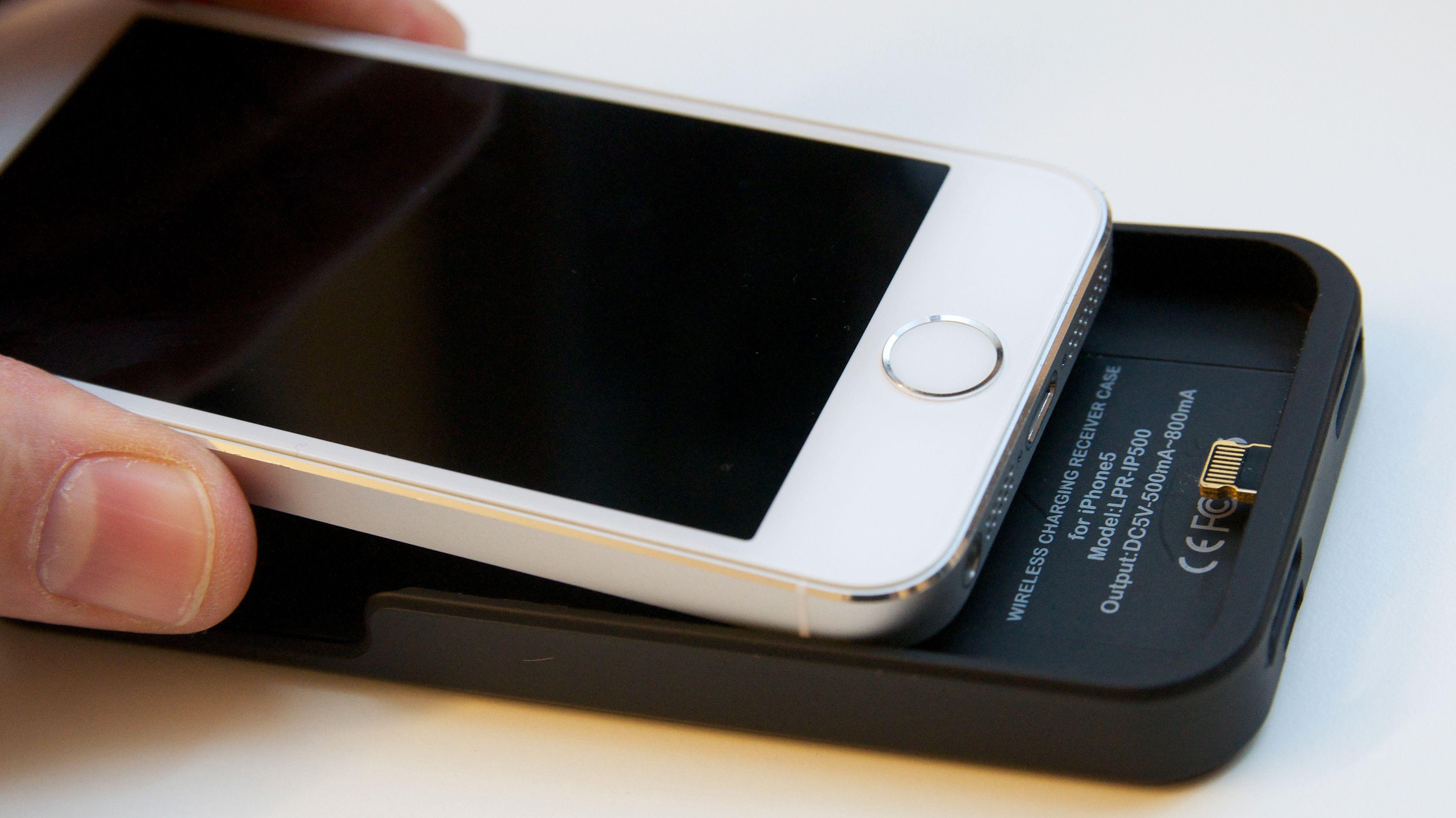 Dette Qi-dekselet kan gi trådløs lading til iPhone.Foto: Kurt Lekanger, Amobil.no