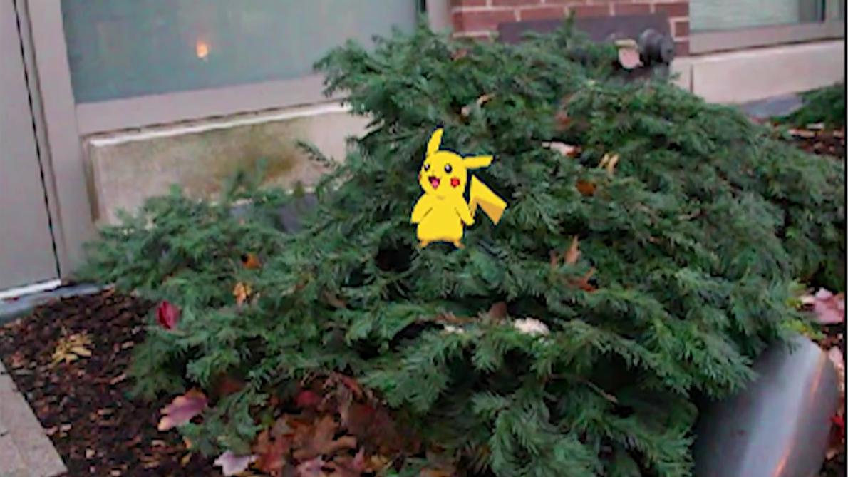 Her får Pikachu den ekte busken til å bevege seg