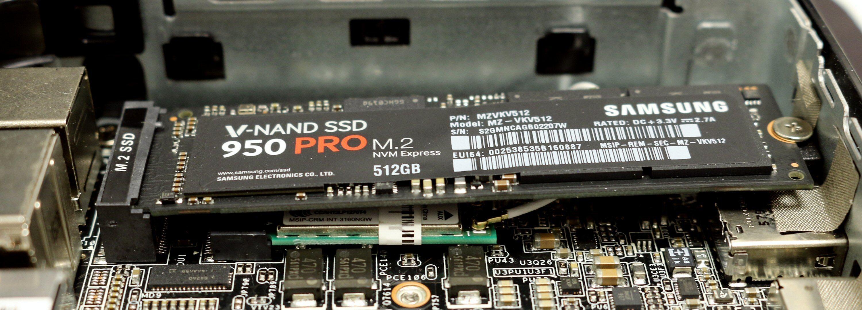 Med en M.2-SSD på plass. Under disken skimter vi nettverkskortet.