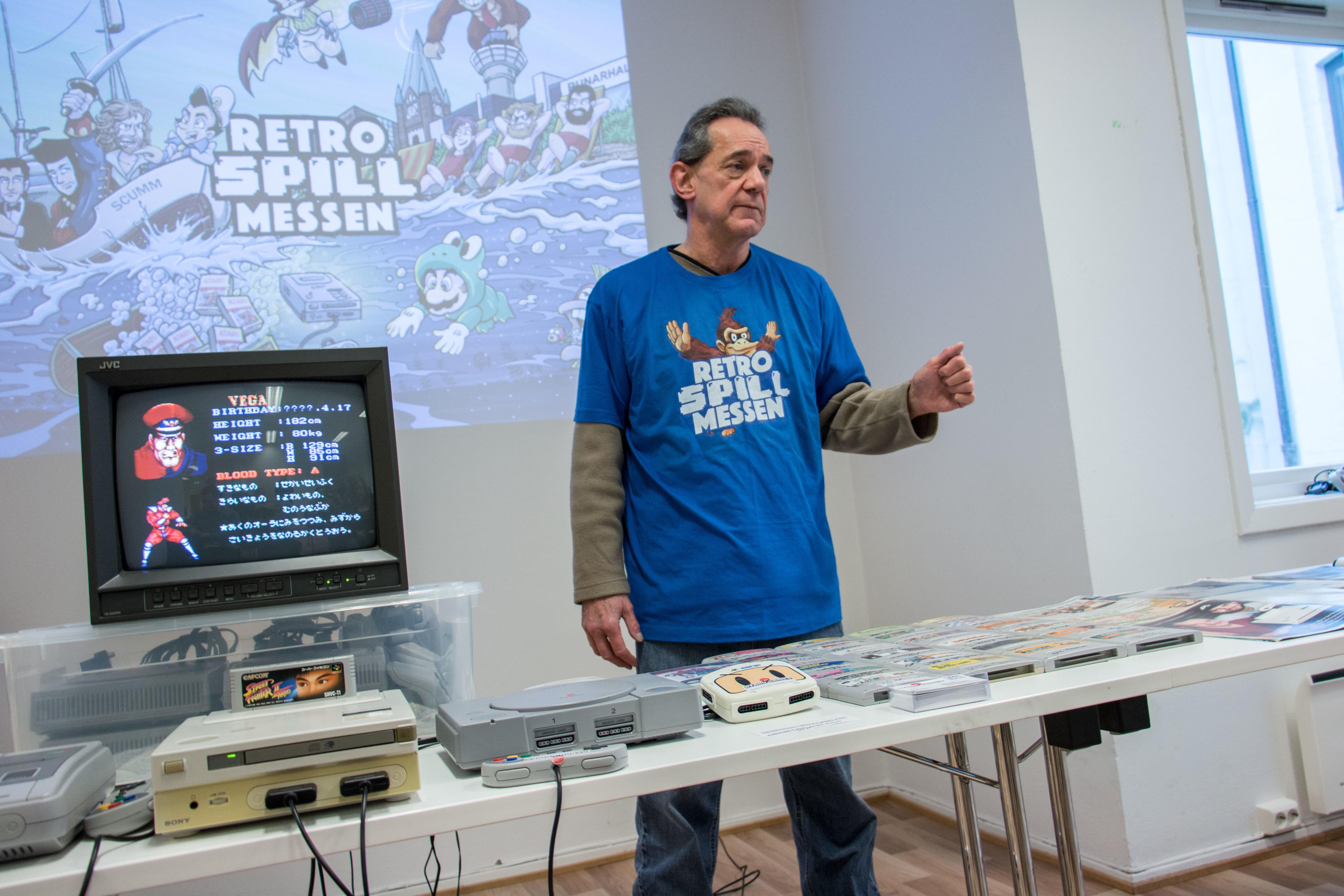 Bordet var dekket av signerte spillkasetter Terry har fått fra fans, som han tar med seg på reisene sine.