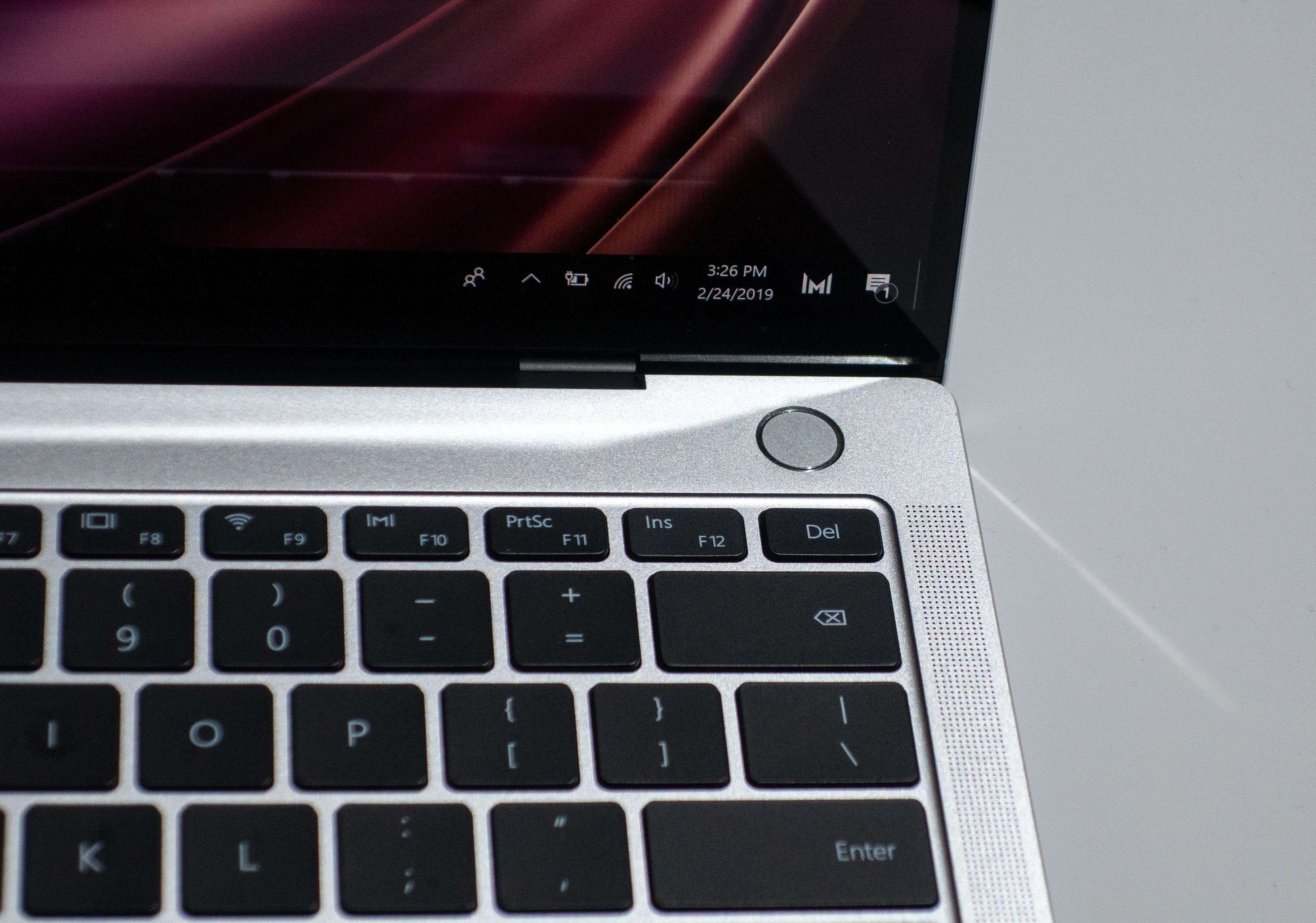 På-knappen har innebygget fingerleser, som logger deg inn i det du slår på maskinen.